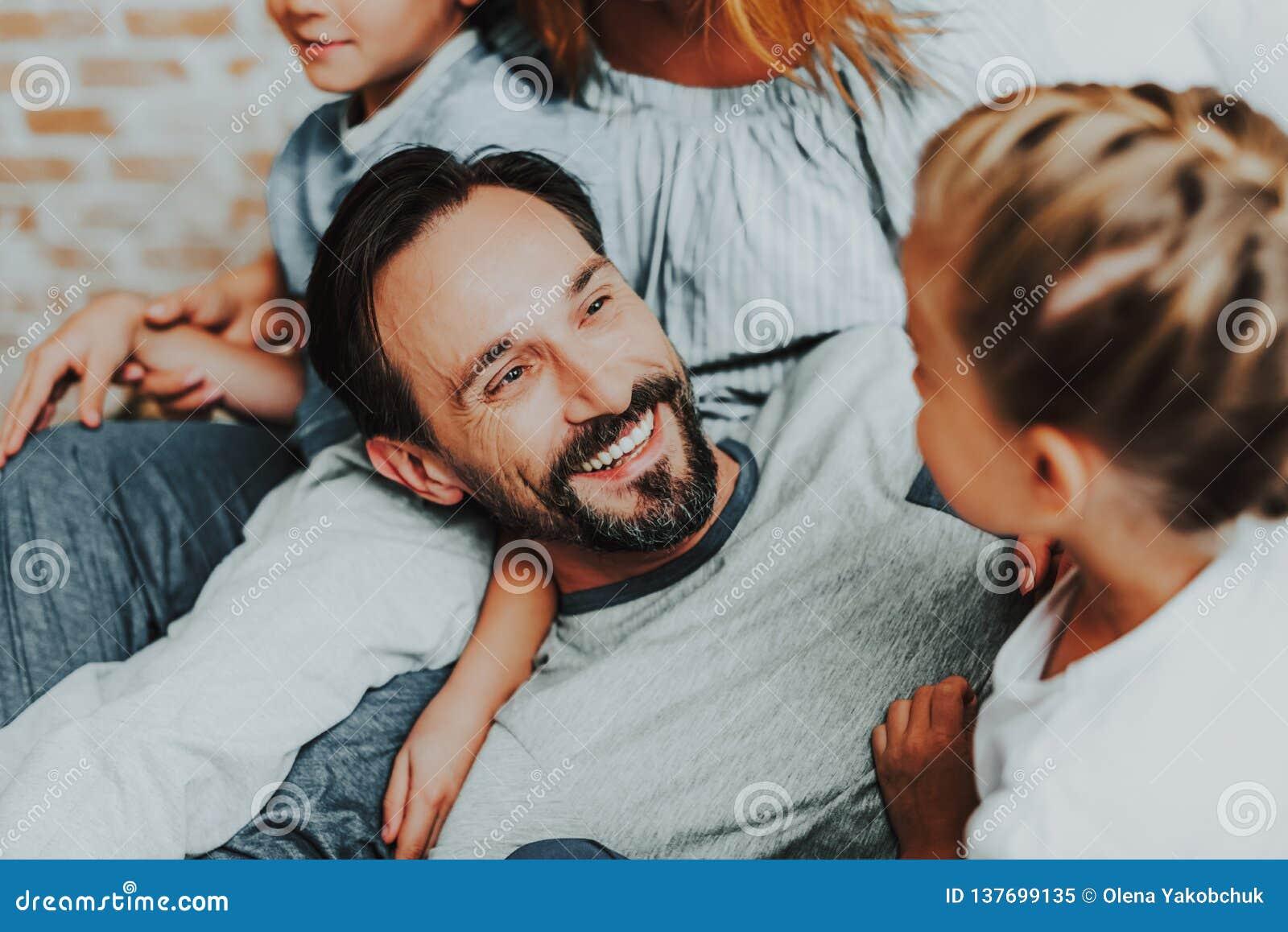 Pai feliz e filha que têm o divertimento junto