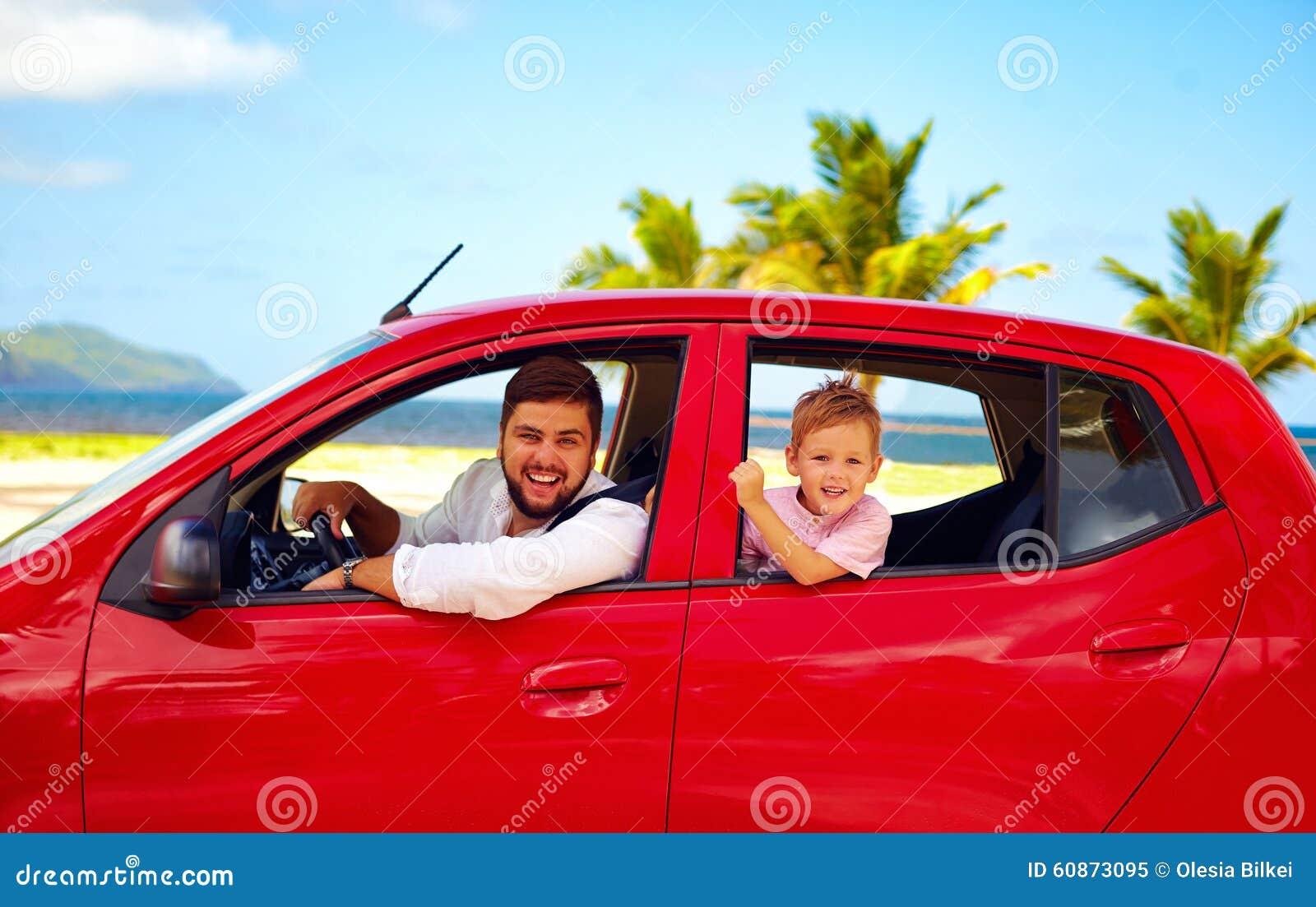 Pai feliz e filho que viajam no carro em férias de verão
