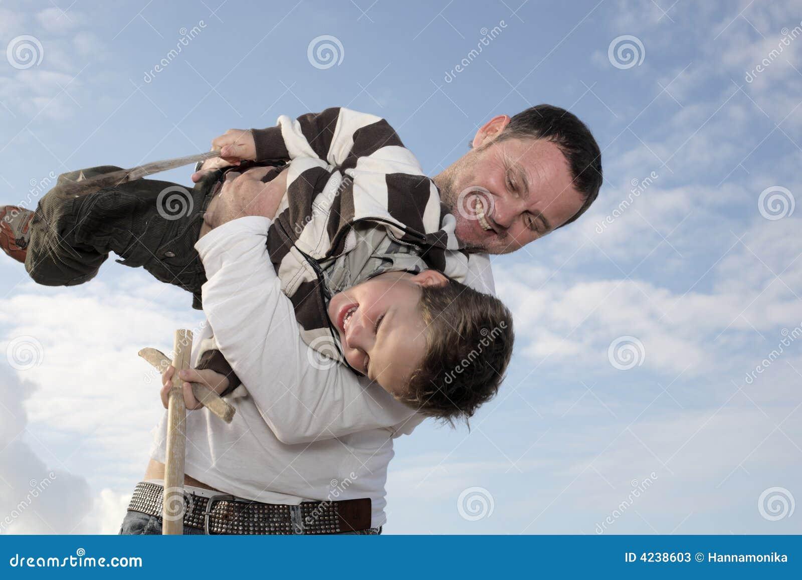 Pai novo que joga com seu filho