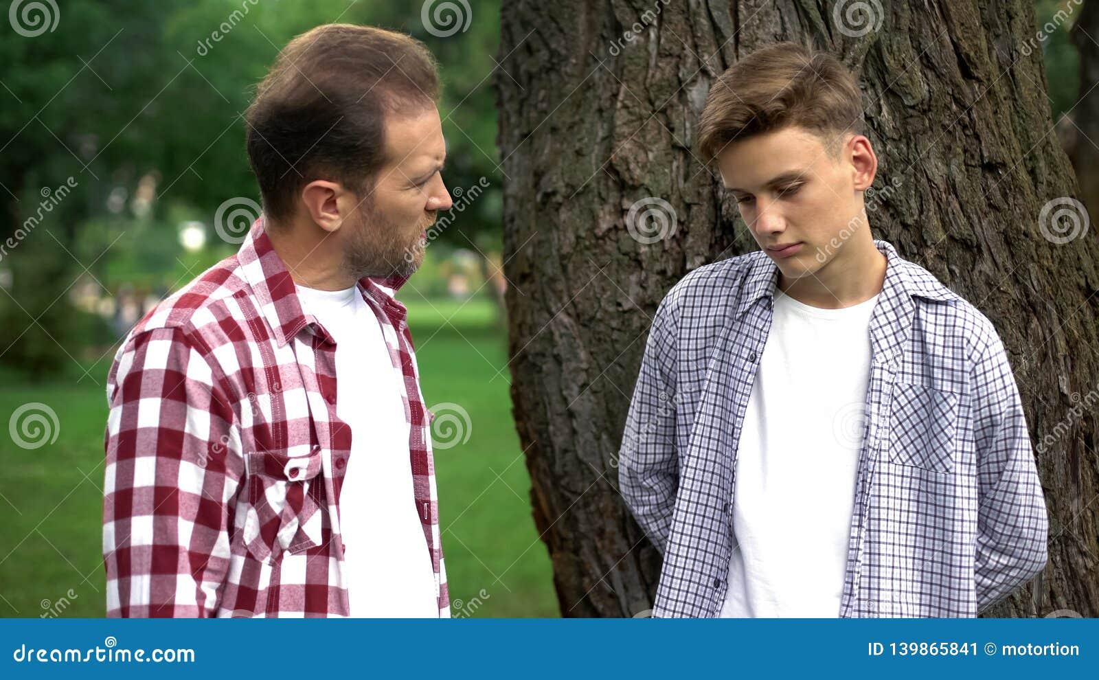 Pai que discute o filho adolescente, a diferença de geração, a idade inábil e o engano