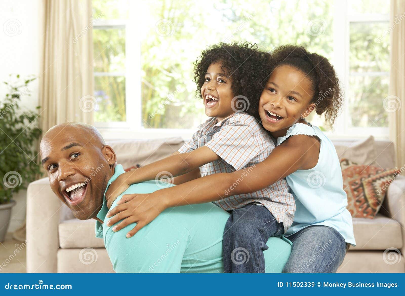 Pai que joga com crianças em casa