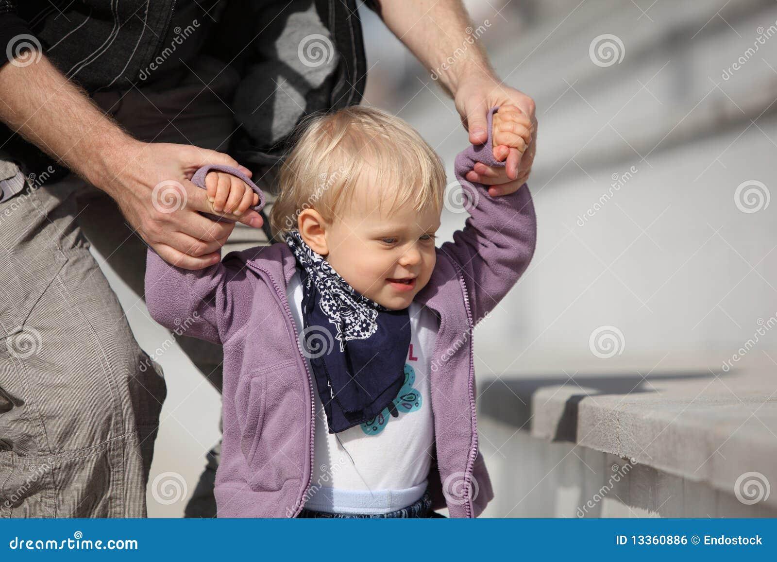 Pai que suporta seu desenvolvimento da filha