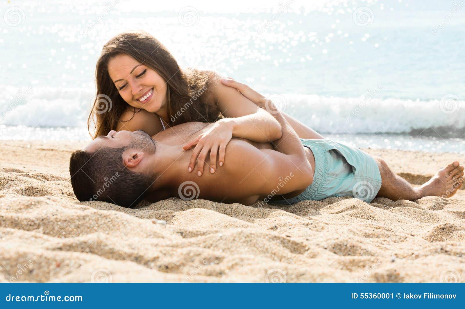 Paia amorose sulla spiaggia di sabbia