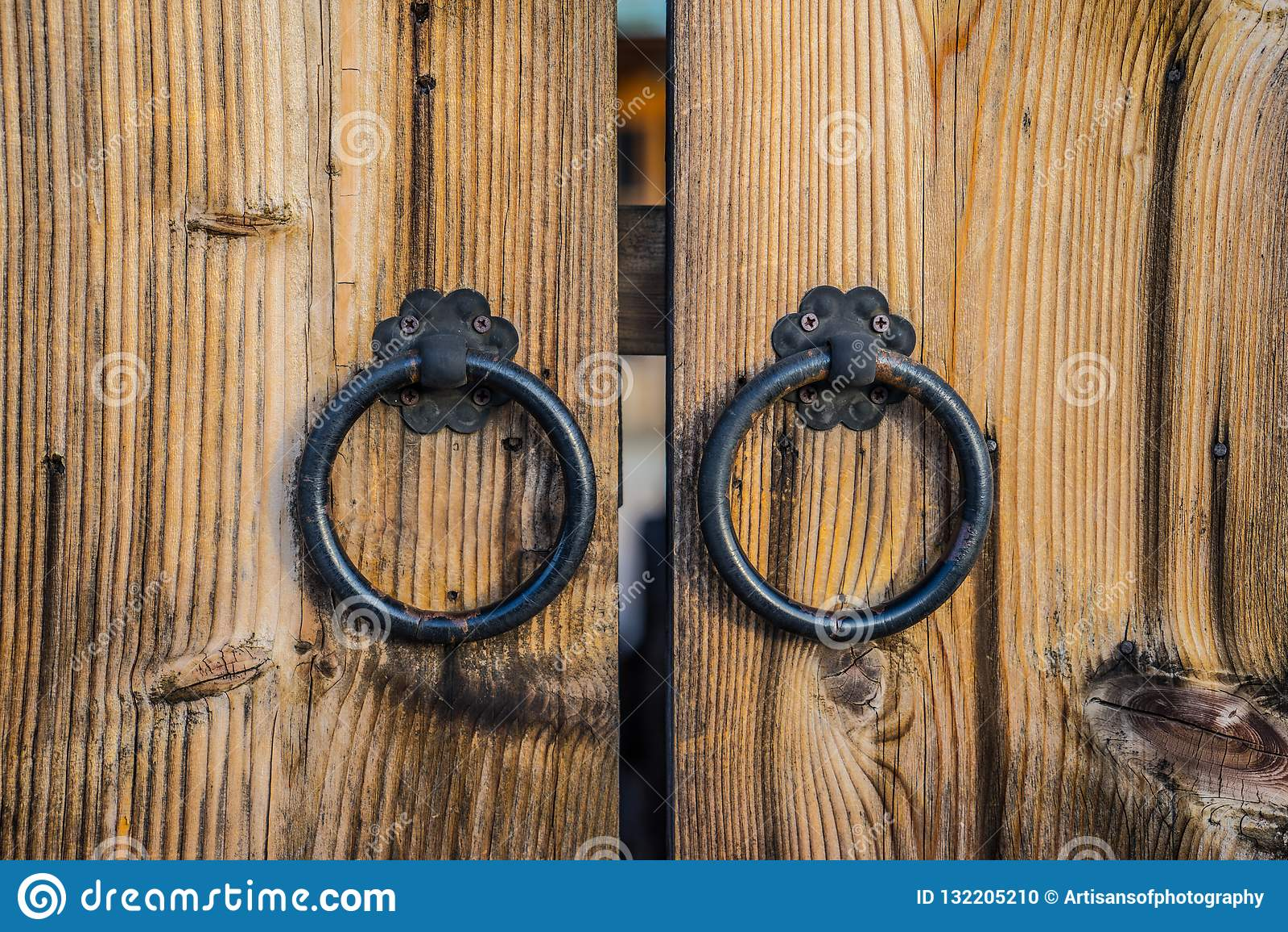 Foto Di Porte Antiche paia delle maniglie di porta antiche del ferro sulla porta