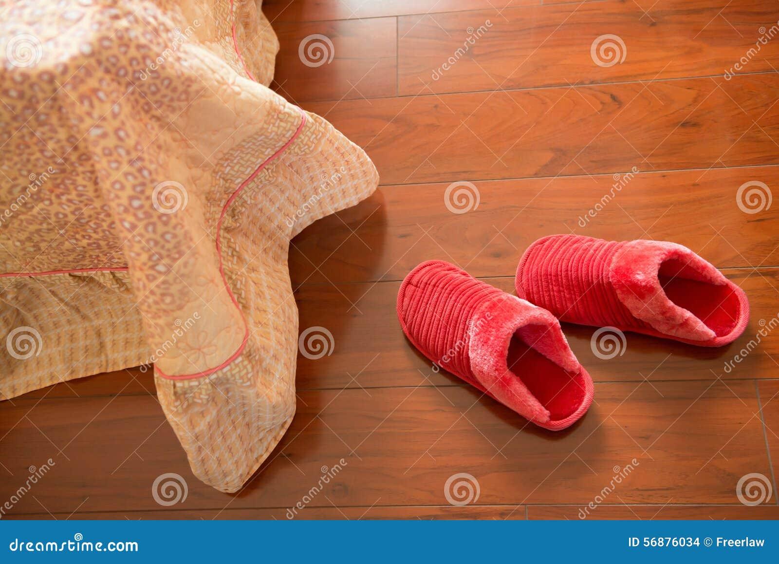 Paia delle pantofole bianche sul pavimento