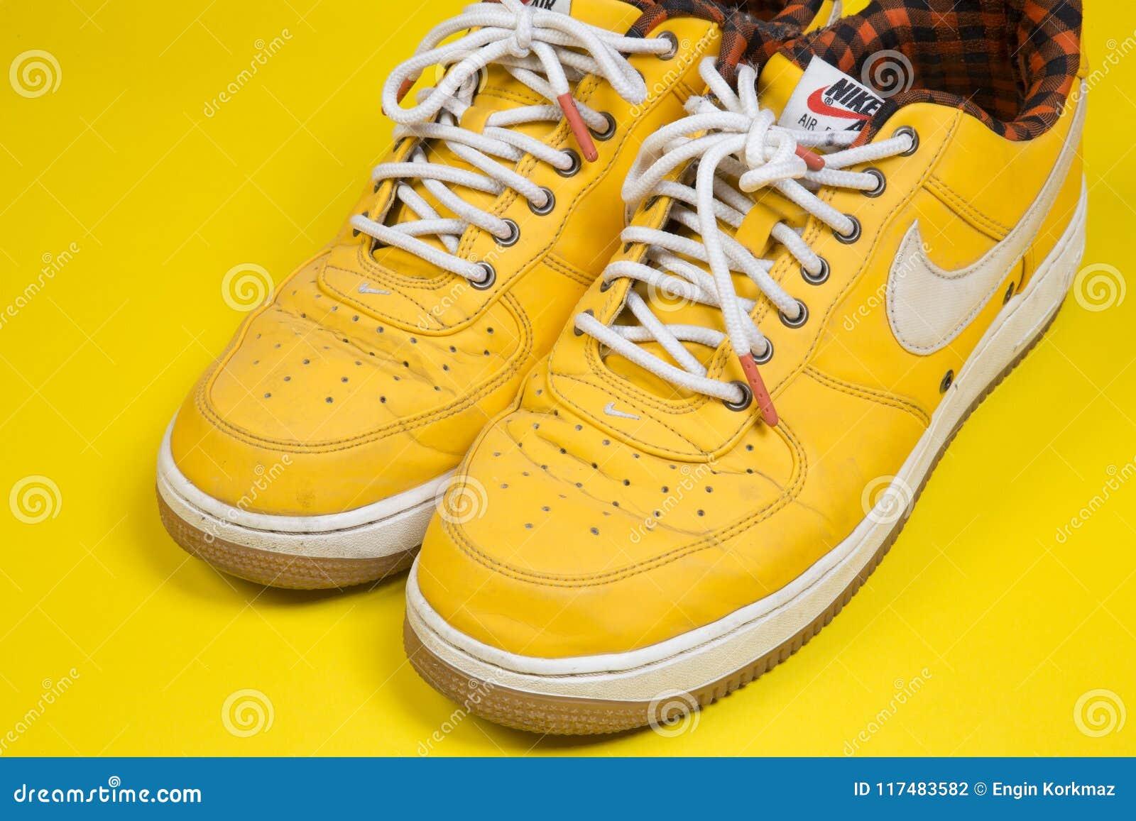 Di Force Paia Su Da Delle Scarpe Tennis Air Utilizzate Nike Gialle xorWdCBQe