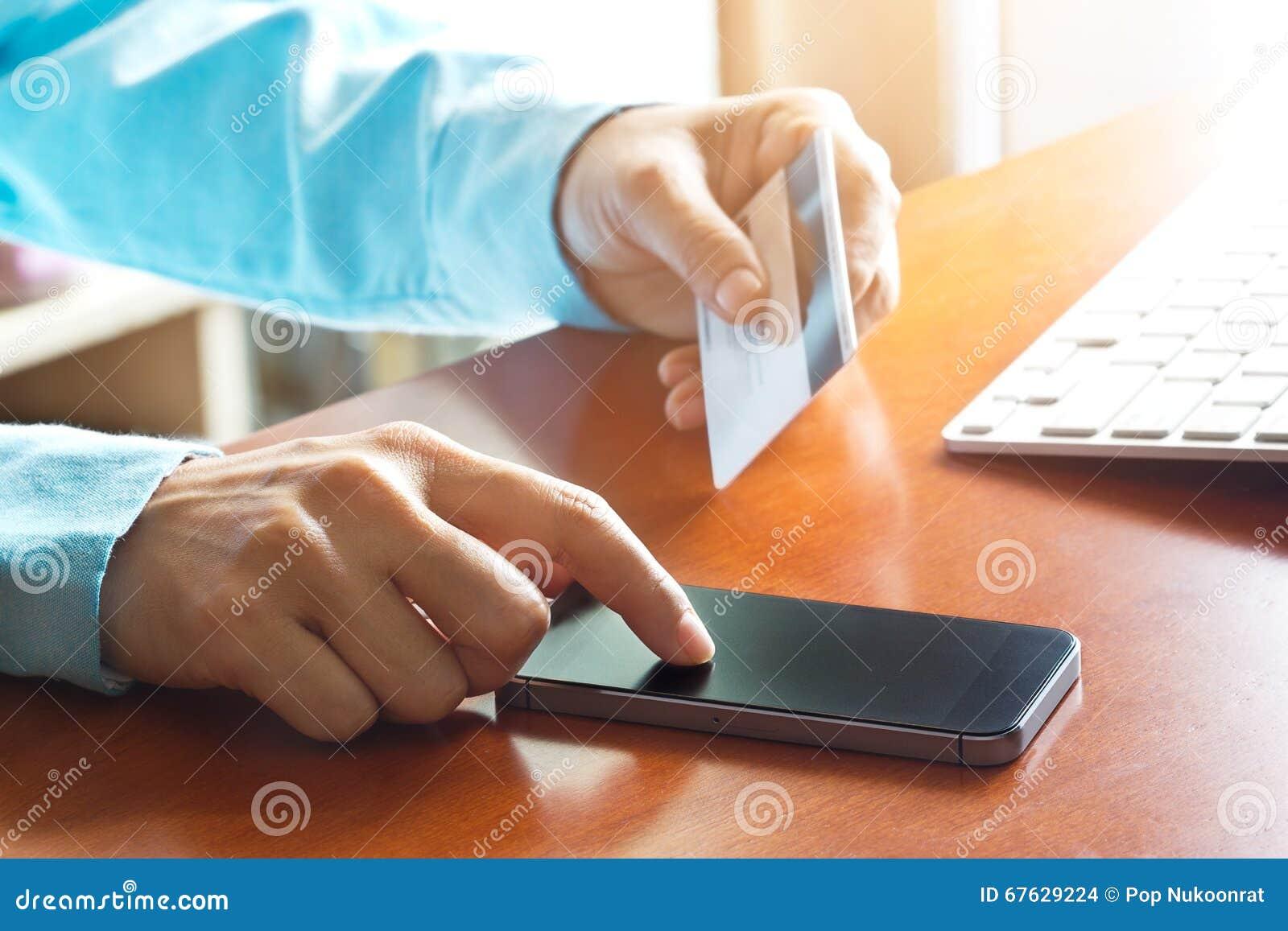 Paiements mobiles, utilisant le smartphone et la carte de crédit pour des achats en ligne