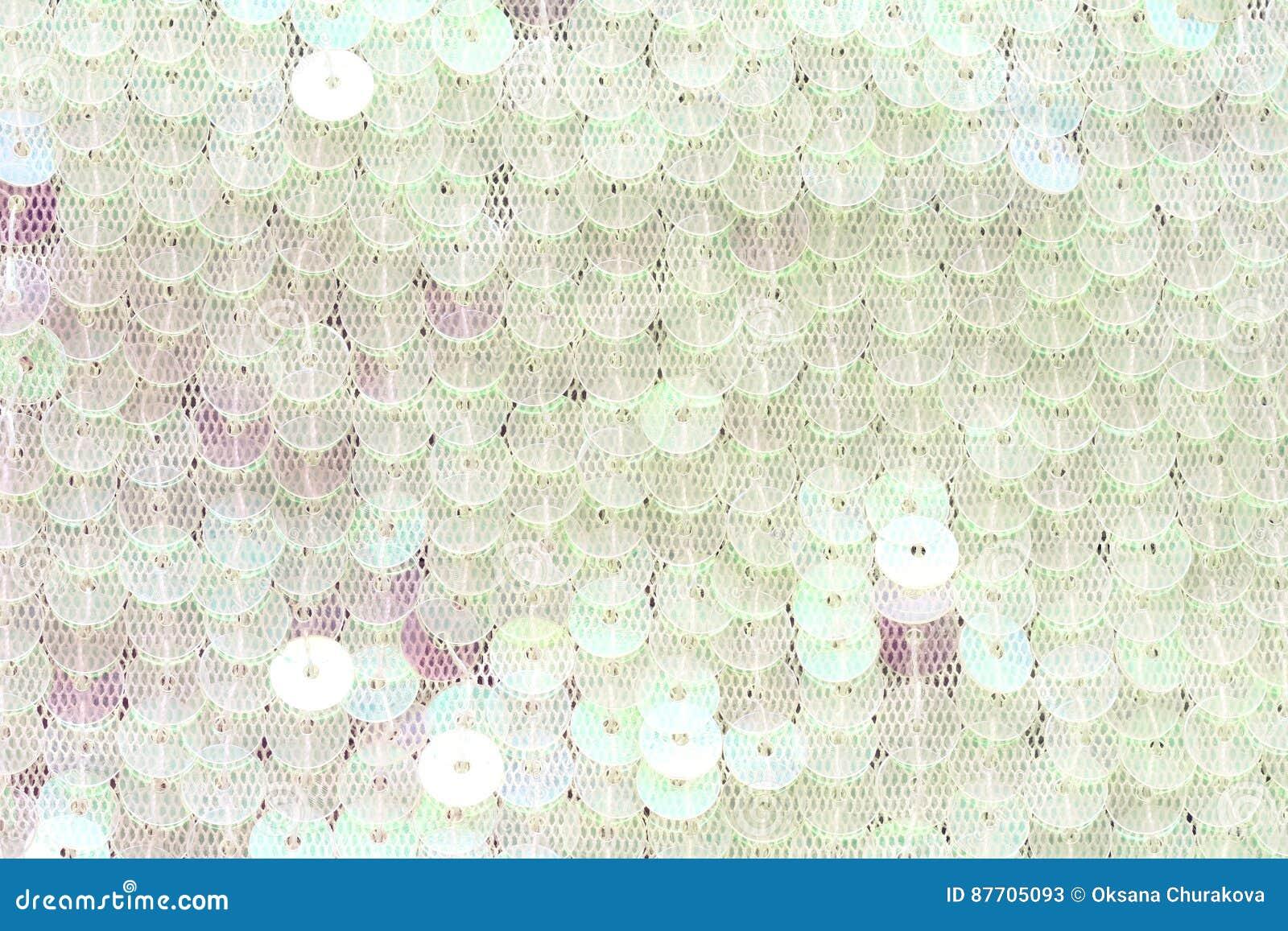 Paillettes blanches cousues sur des détails d habillement