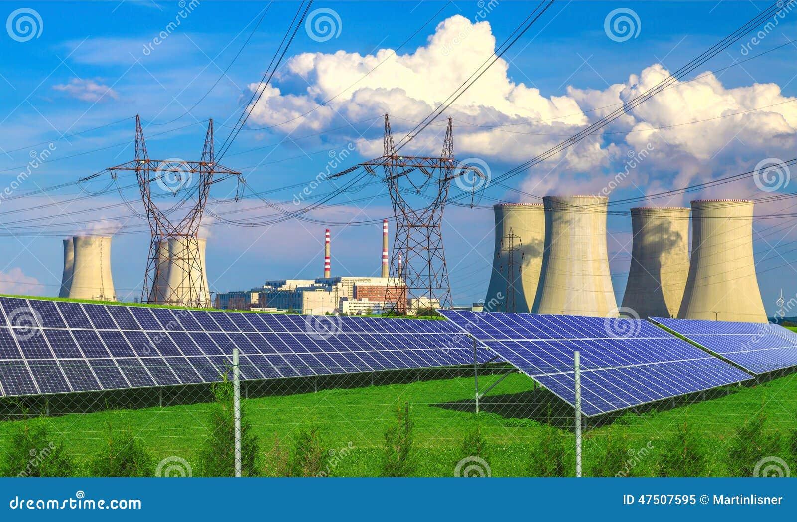 Painéis da energia solar antes de um central nuclear Dukovany