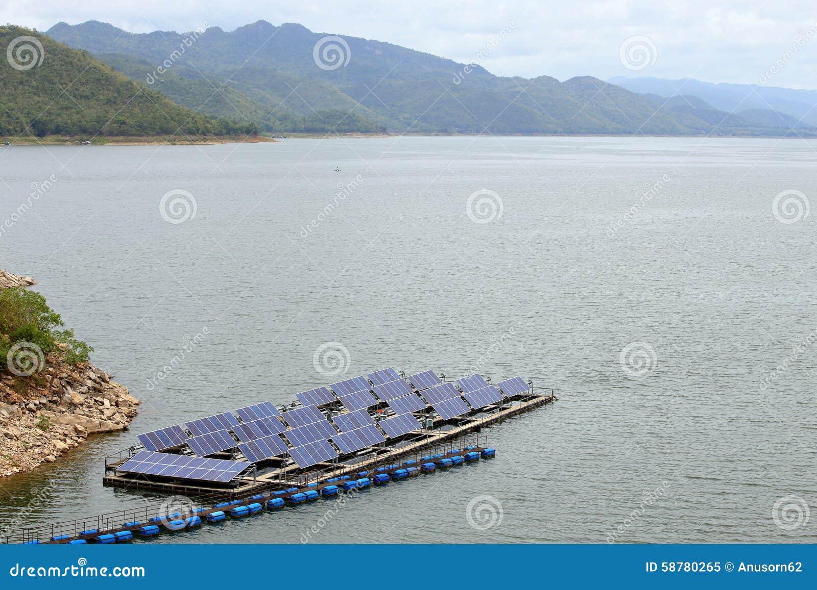 Painéis solares na água no srinakarin