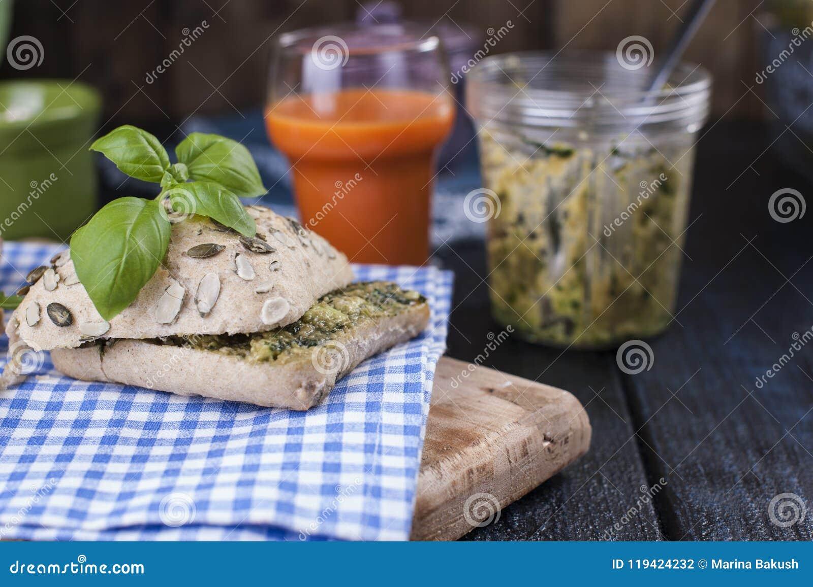 Pain avec le basilic et le fromage et le jus de carotte frais pour la méthode gratuite de petit déjeuner pour le texte