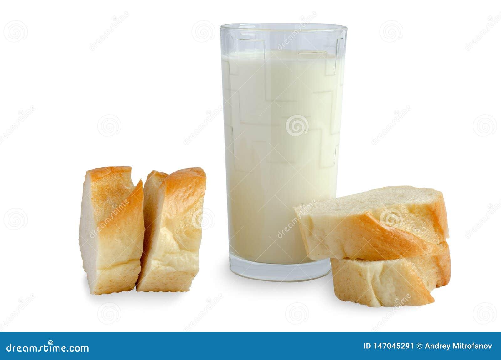 Pain blanc, lait dans un verre sur le fond blanc
