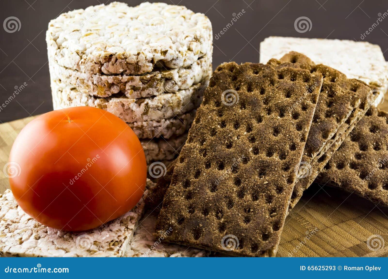 Pain croustillant et nourriture diététique de tomates