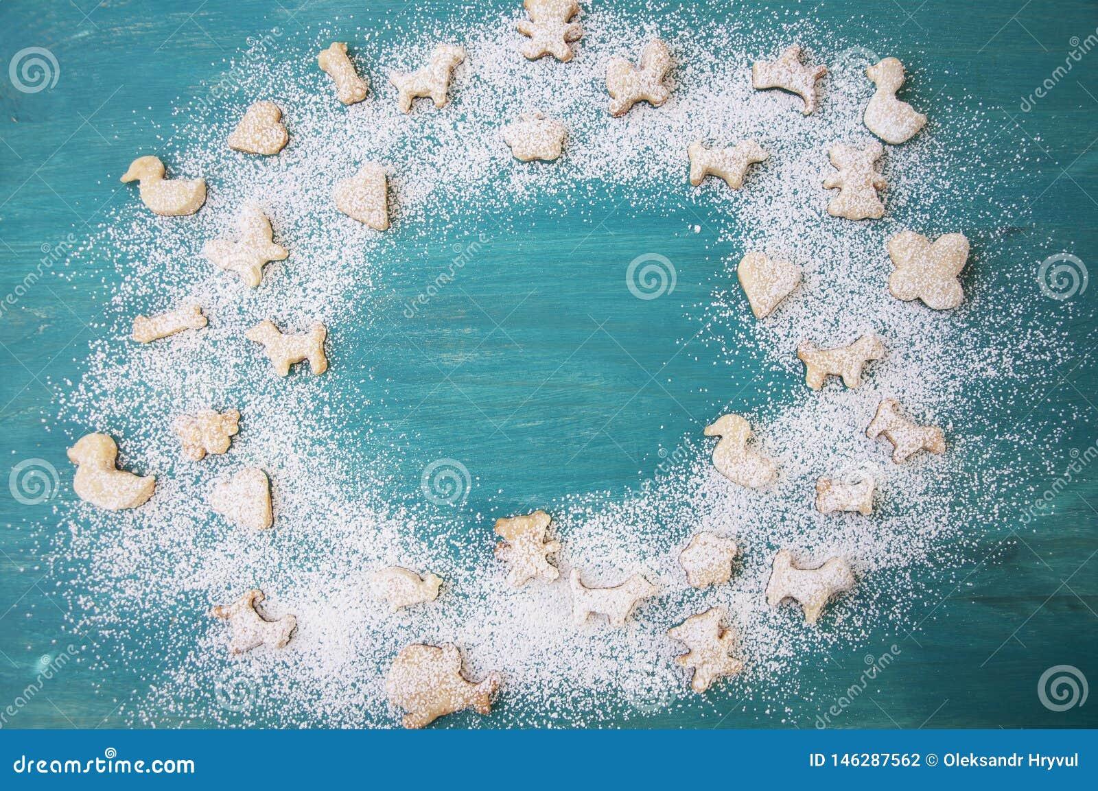 Pain d ?pice avec du sucre en poudre sur le fond en bois Biscuits de No?l Copiez l espace