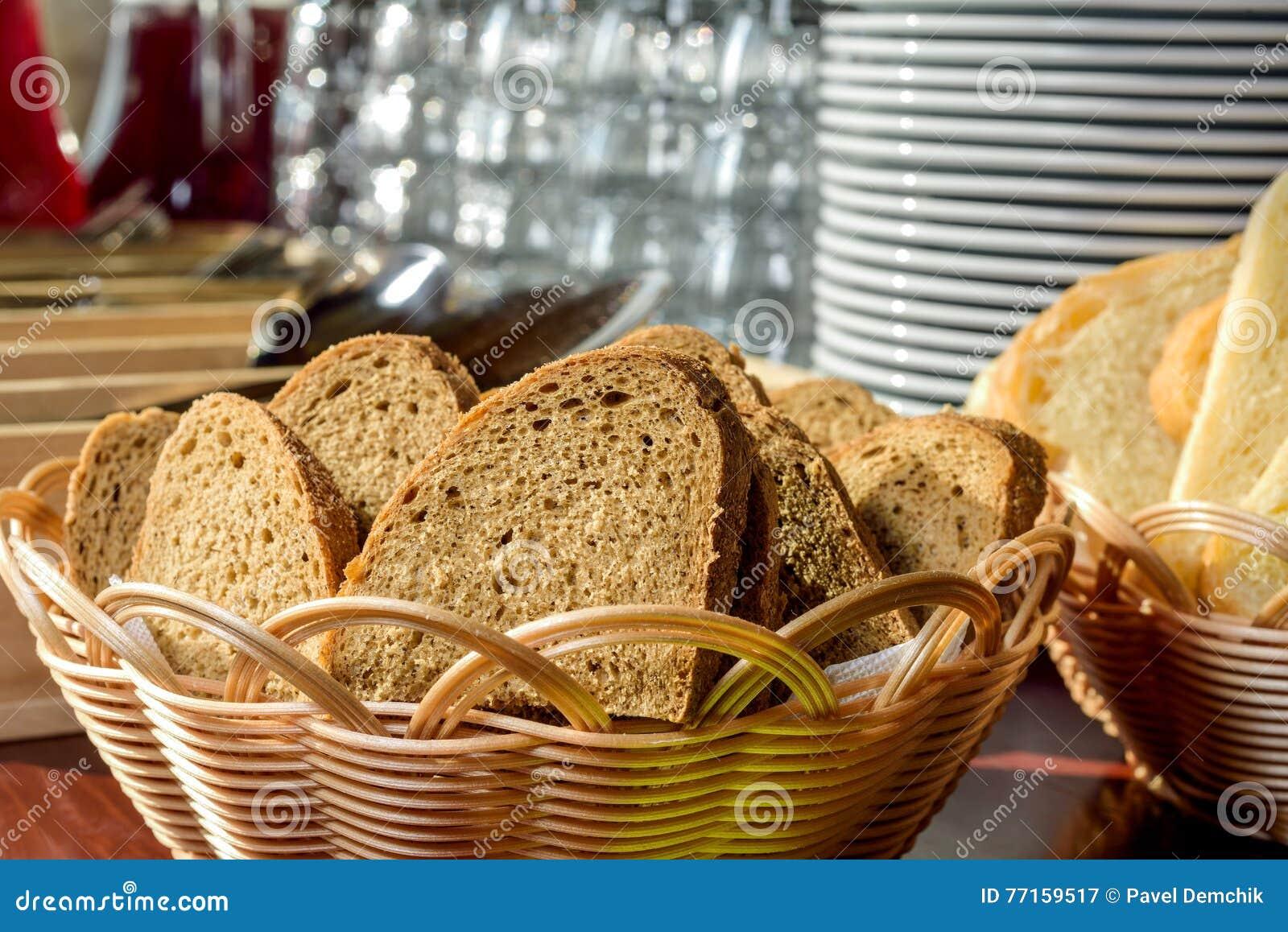 Pain dans une corbeille à pain en osier