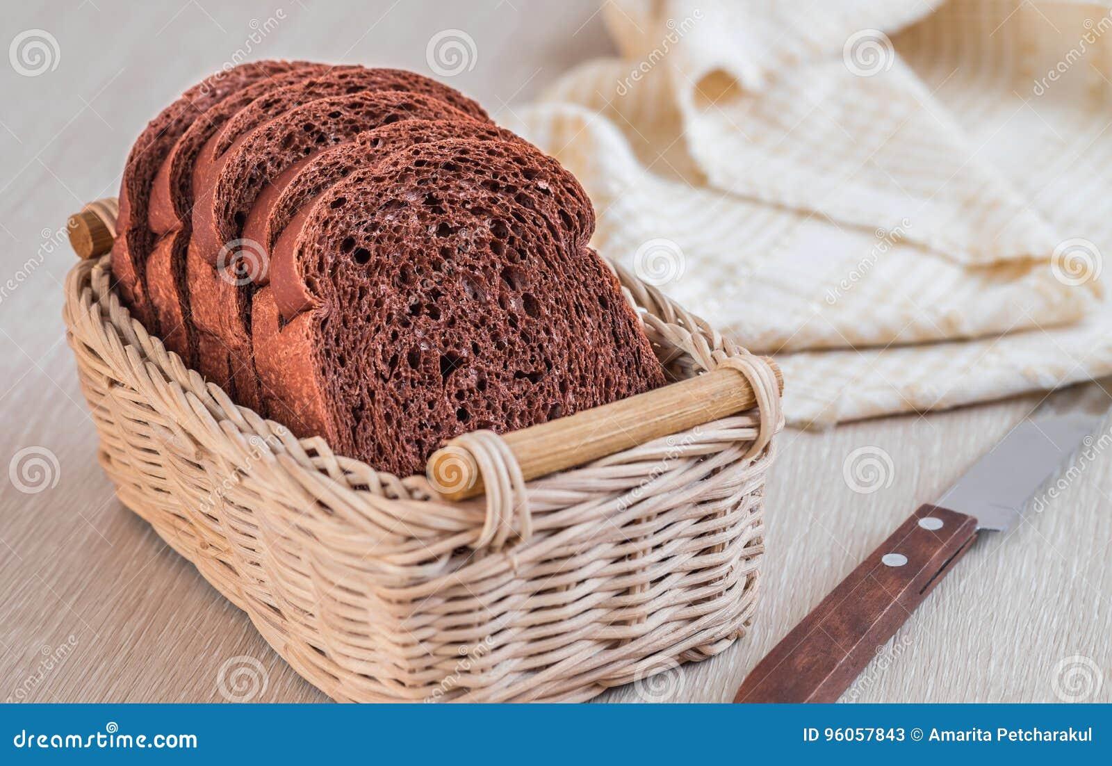 Pain de chocolat coupé en tranches dans le panier en osier