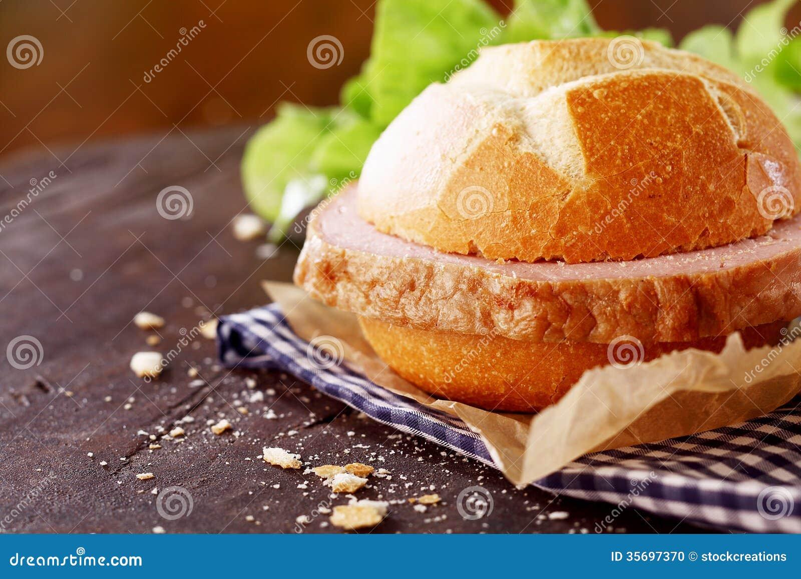 Pain de viande allemand traditionnel sur un petit pain croquant frais