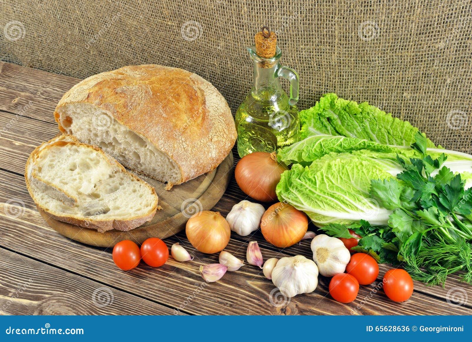 Pain et légumes sur la table