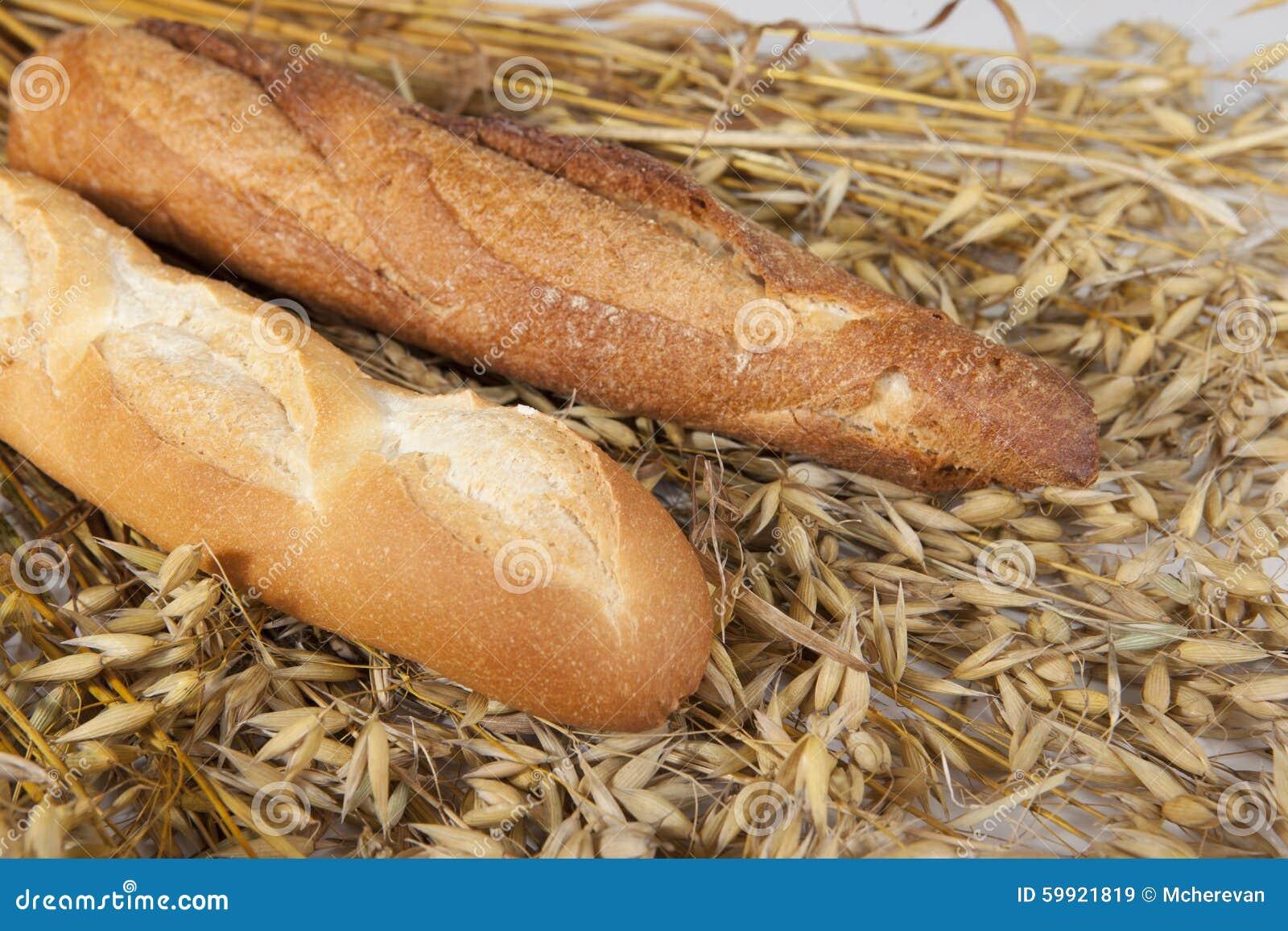 Pain fait maison de baguette de deux blancs sur la table for Baguette de pain maison