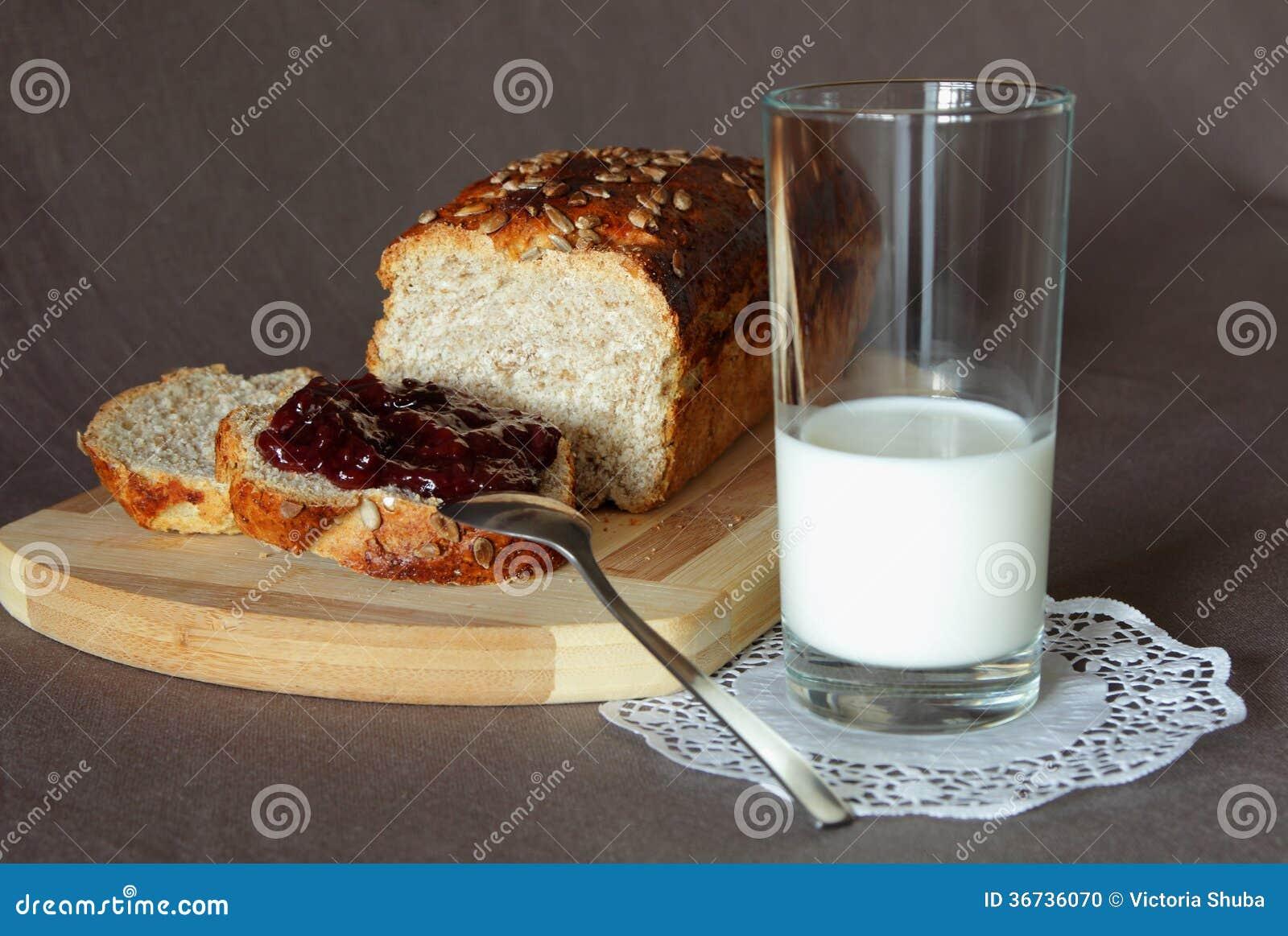 Pain frais avec la confiture et un verre de lait photo for Congeler du pain frais