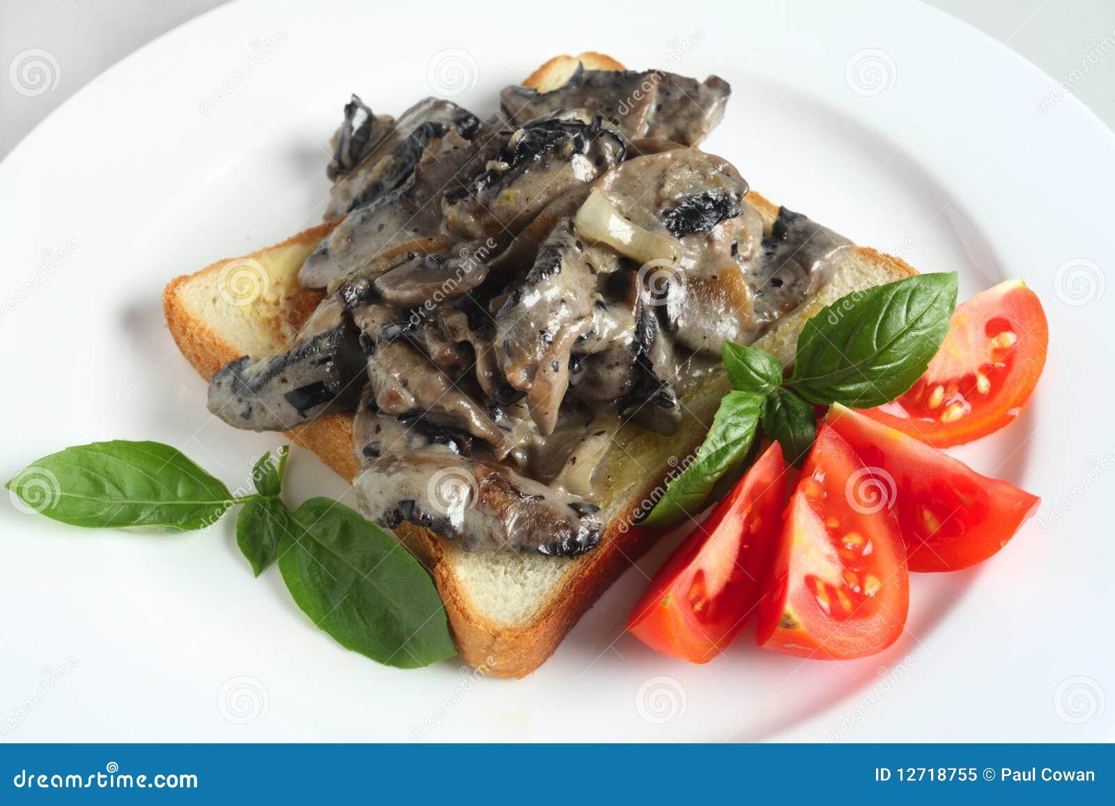 Pain grillé avec des champignons de couche en sauce crème
