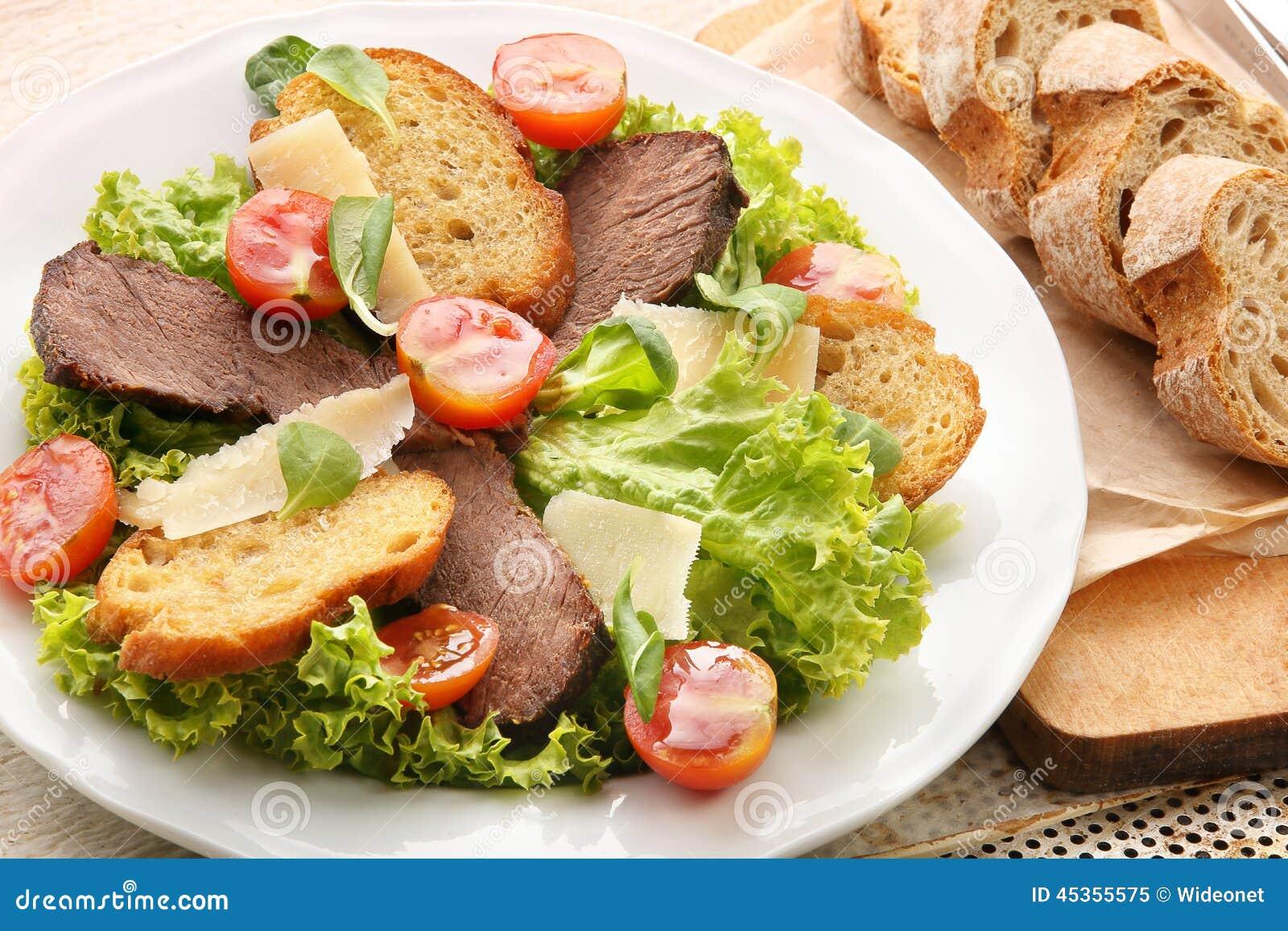 Pain grillé avec du fromage et des légumes de boeuf de rôti