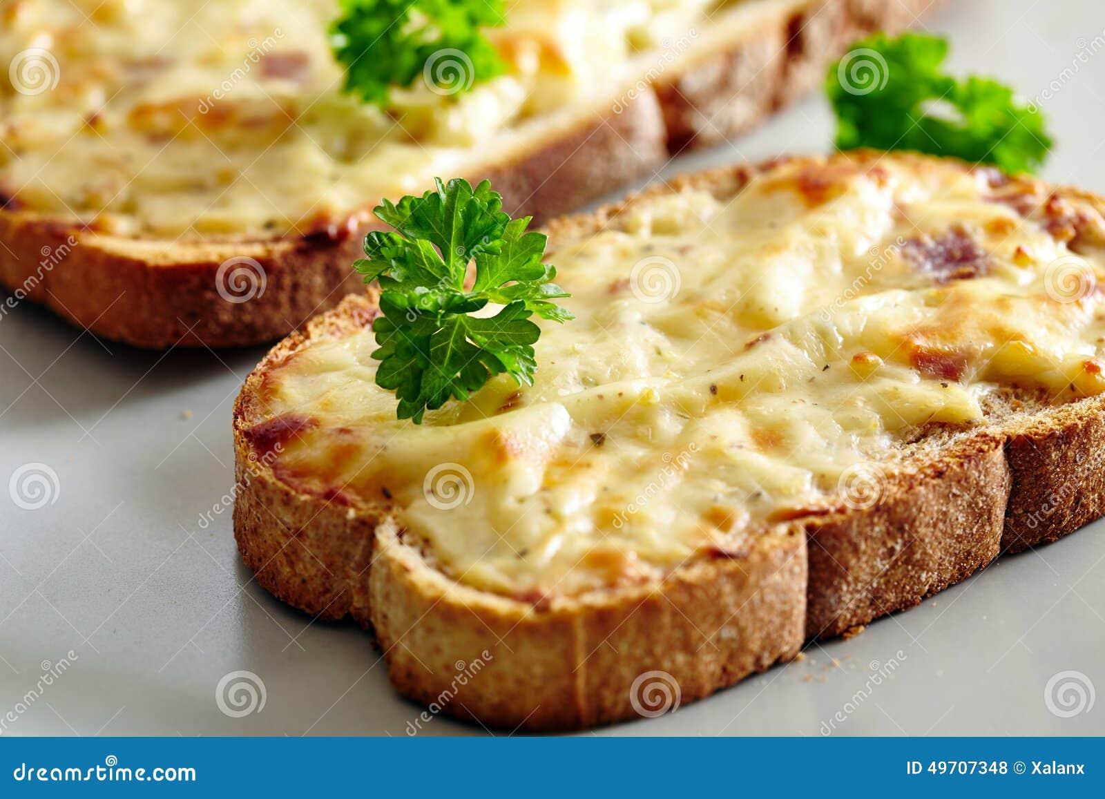 Pain grill cuit au four par four avec du fromage et le - Comment faire griller du pain au four ...