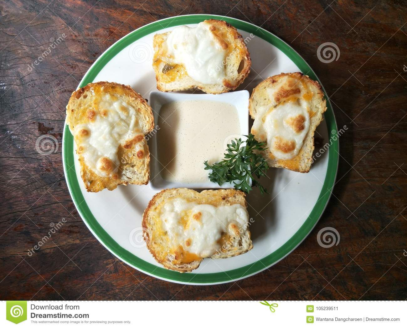 Pain grillé de fromage avec de la crème de salade, nourriture pour le repas facile