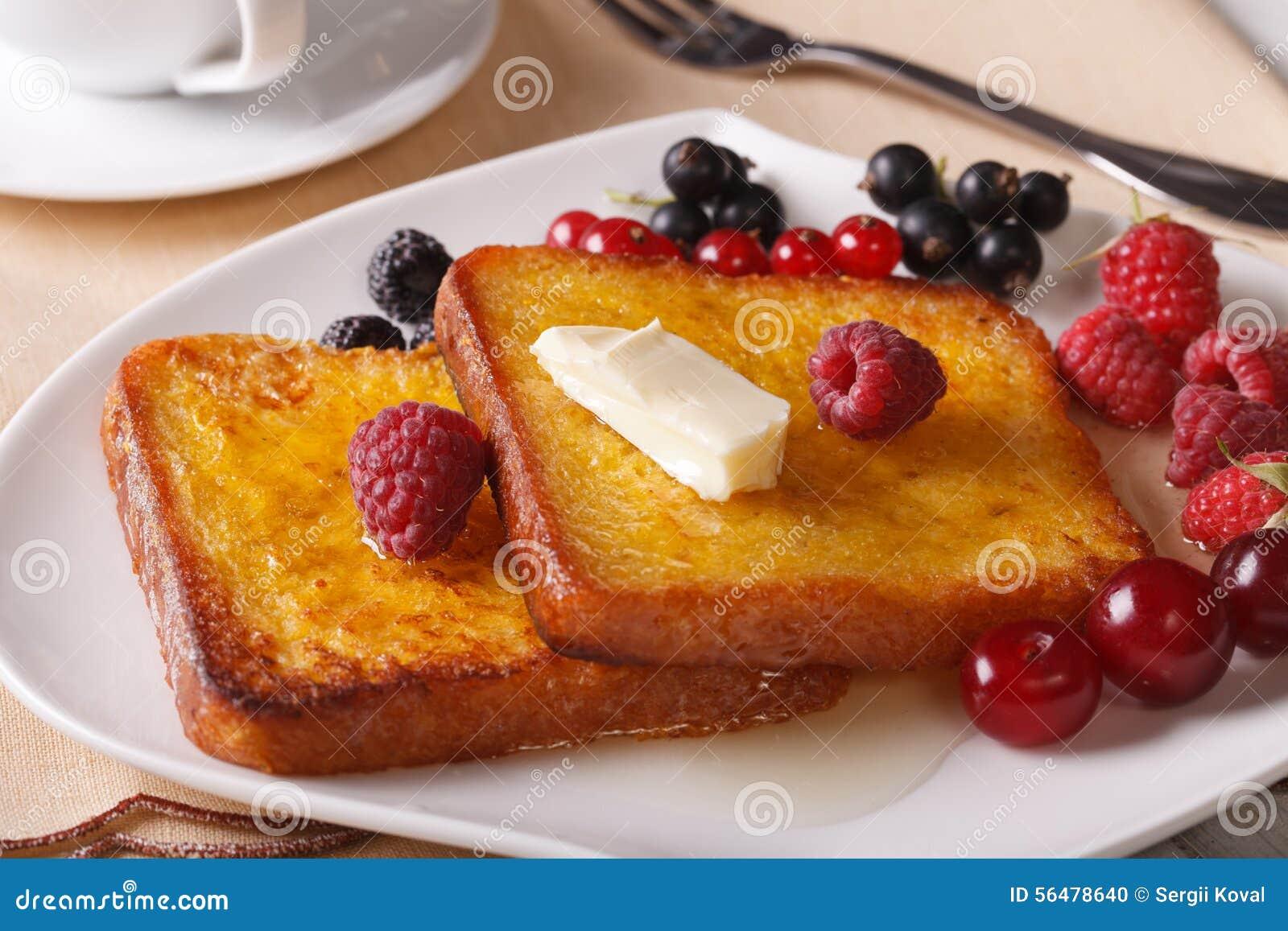 Pain grillé deux français avec du miel et des baies en gros plan horizontal