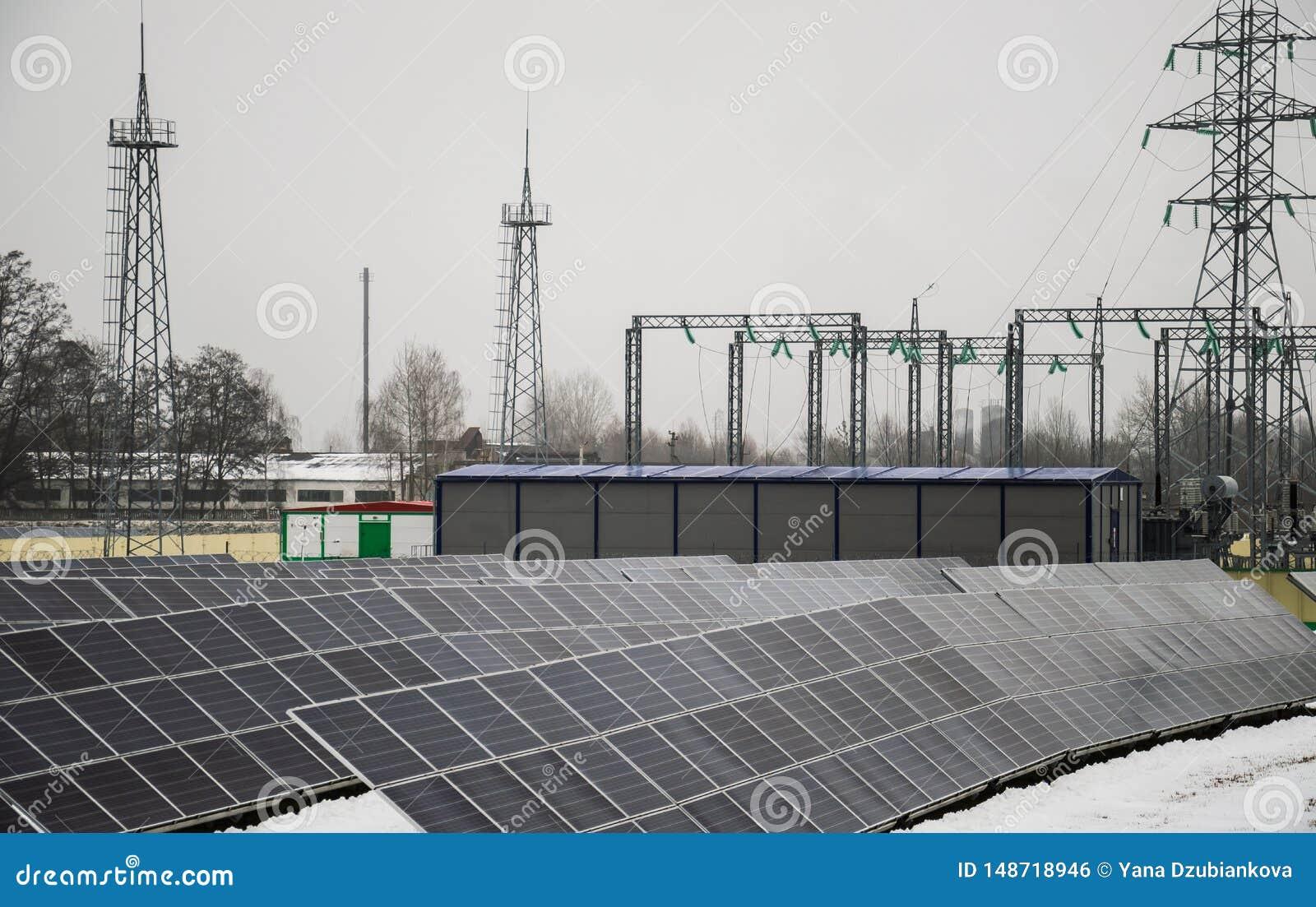 Pain?is solares em um telhado