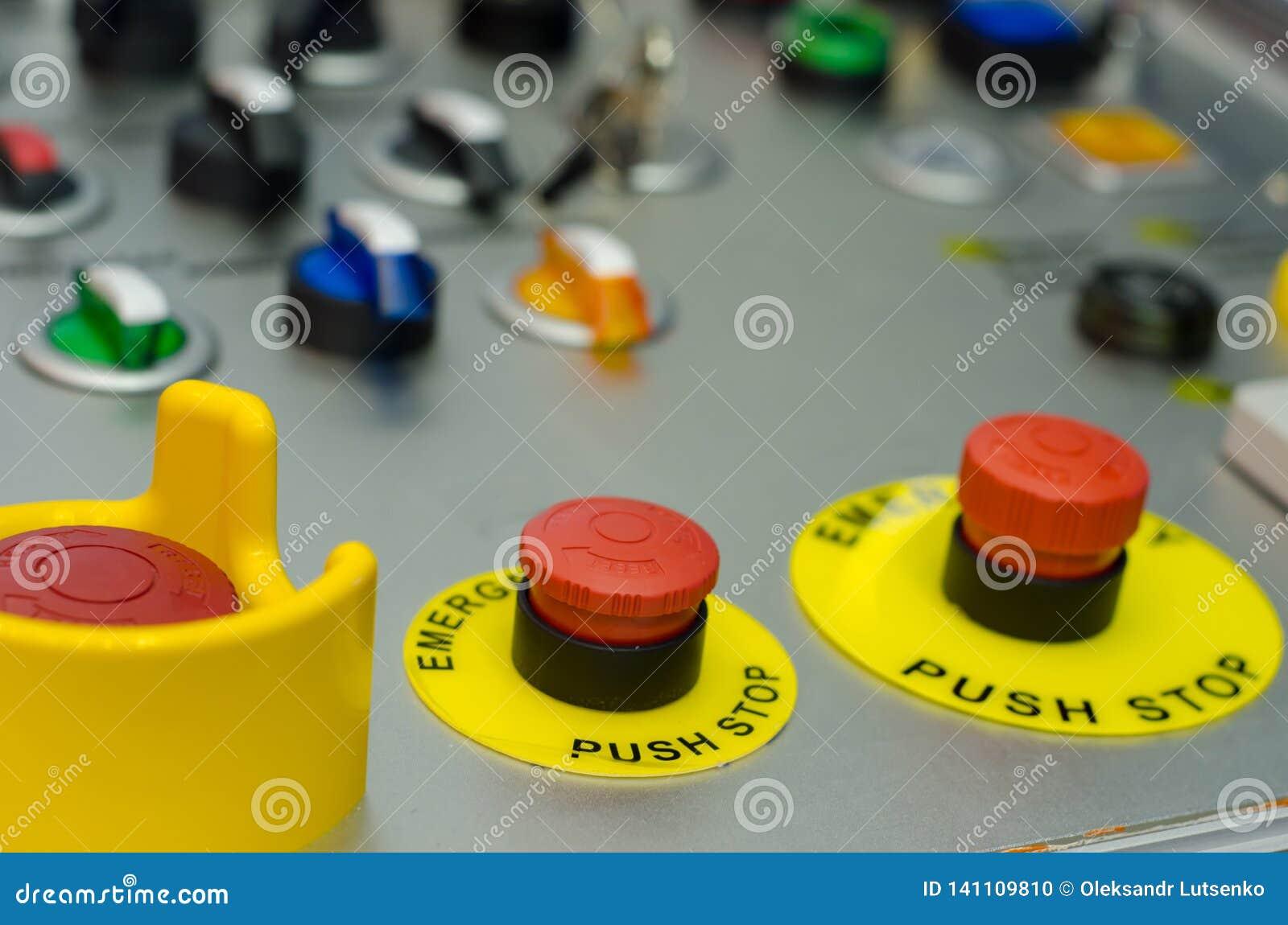 Painel de controle com botões, chave e interruptor