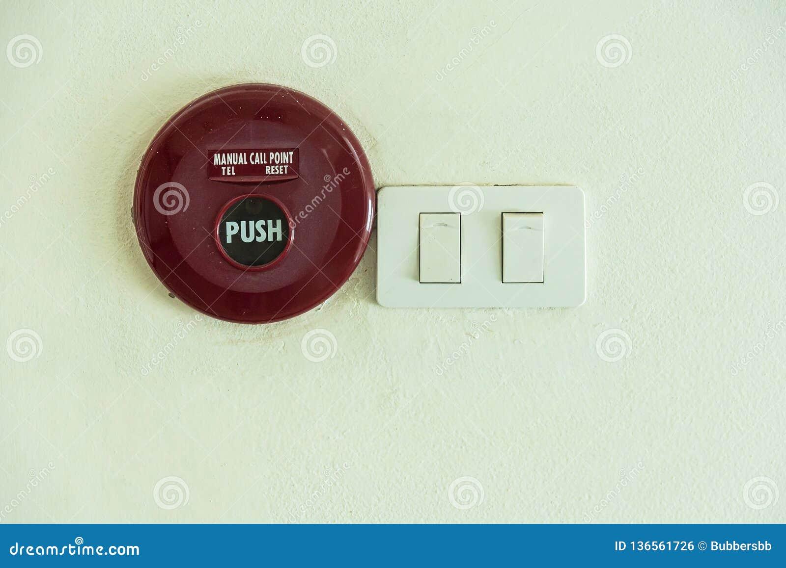 Painel de controle do alarme de incêndio no fundo branco