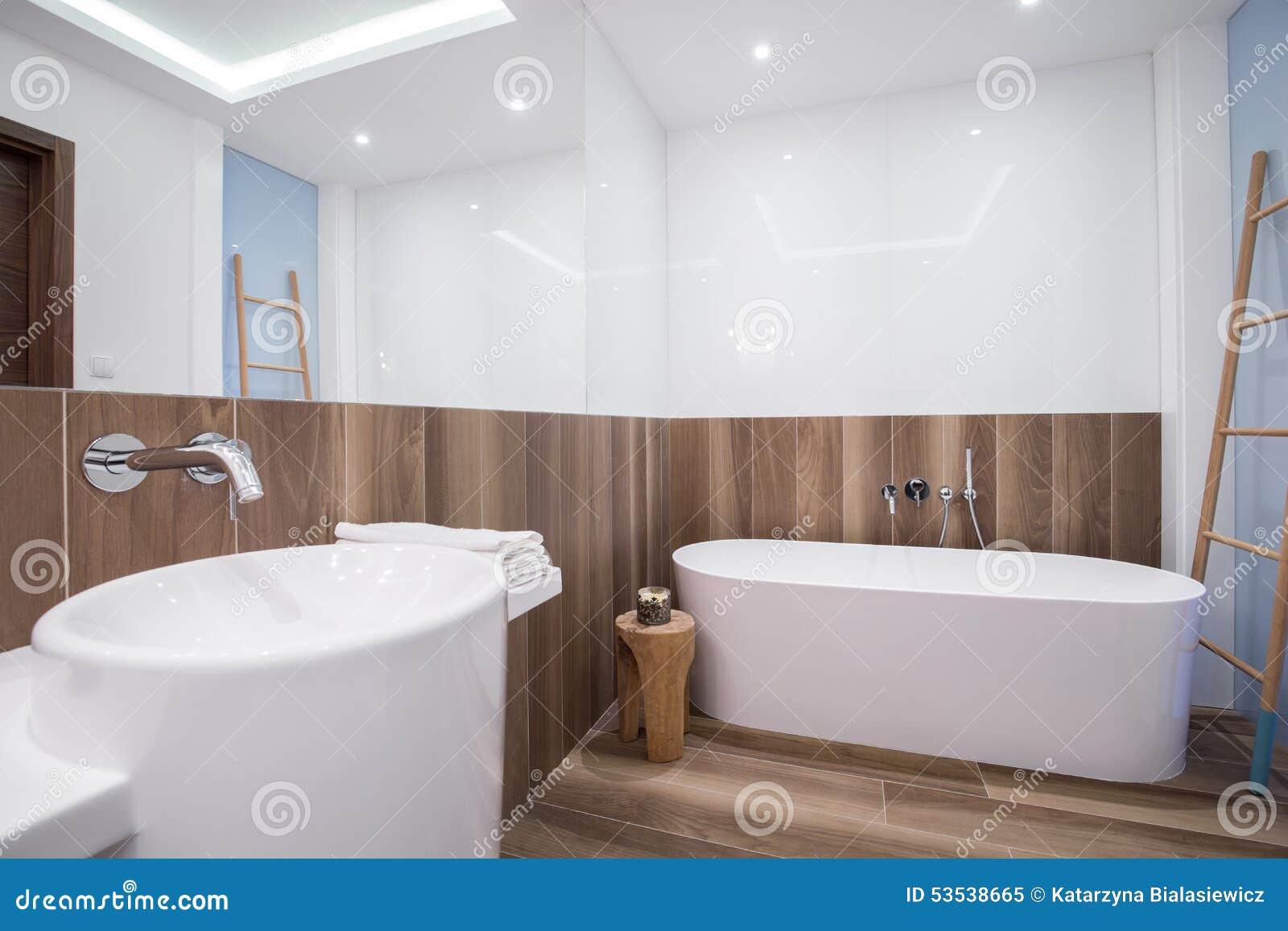 Painel De Madeira No Banheiro Luxuoso Foto de Stock Imagem: 53538665 #82A229 1300x957 Banheiro Com Luz Azul