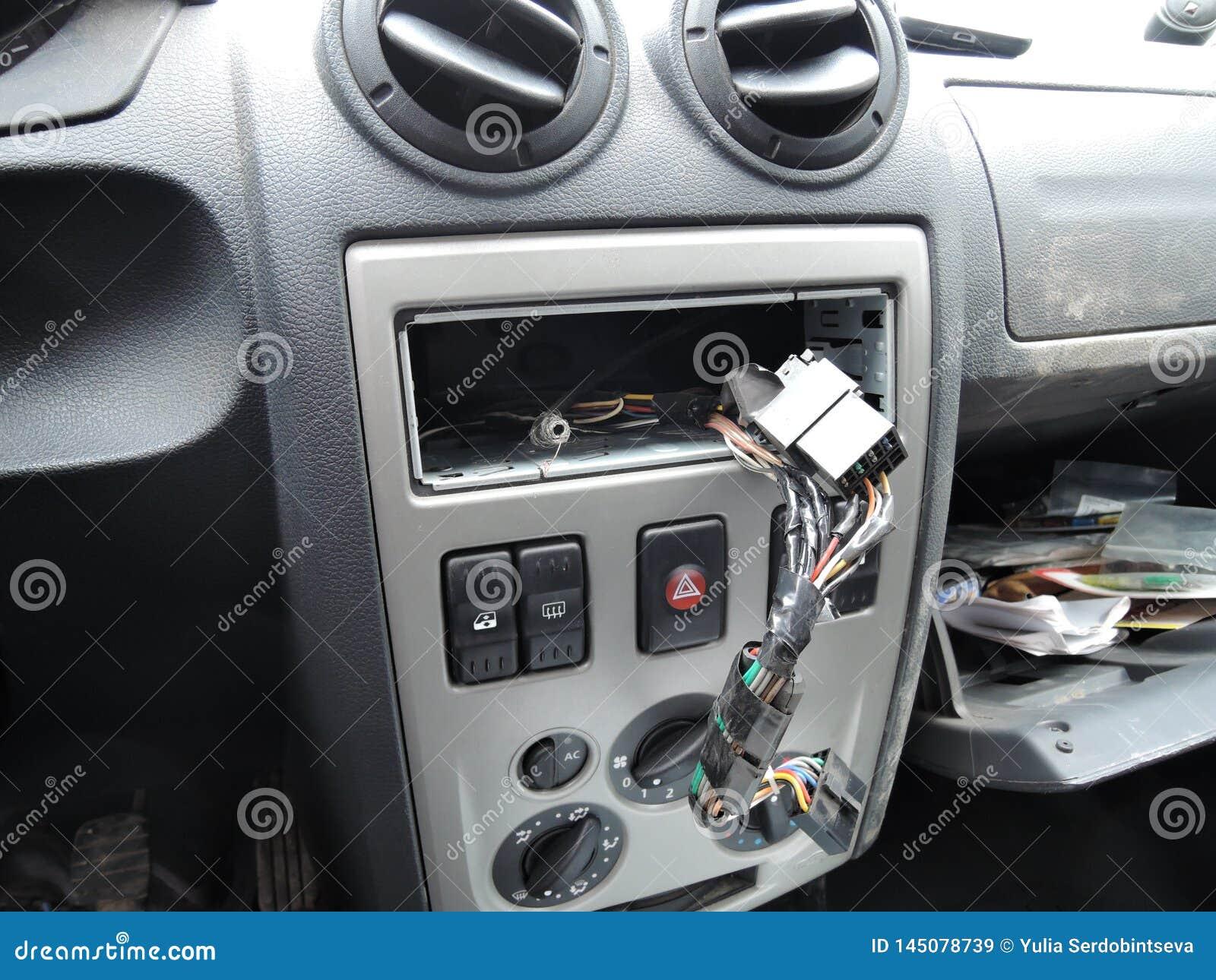 Painel do carro após o roubo do receptor audio