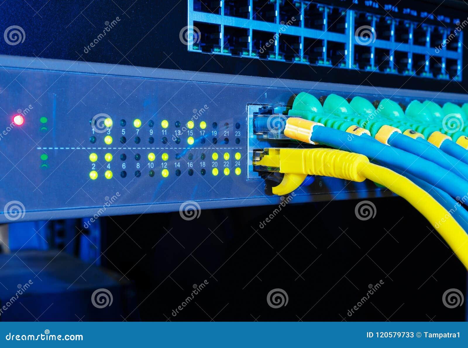 Painel do servidor de rede no fundo preto no conceito da tecnologia