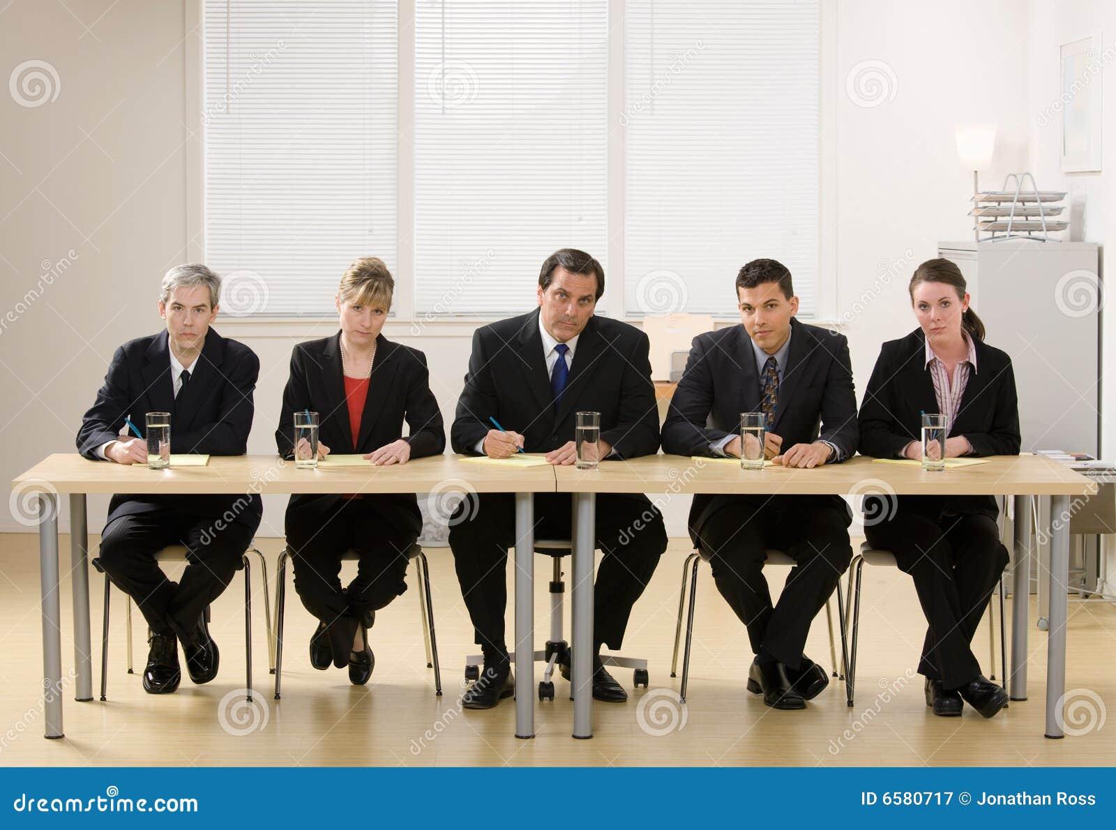 Painel dos colegas de trabalho aproximadamente para conduzir uma entrevista