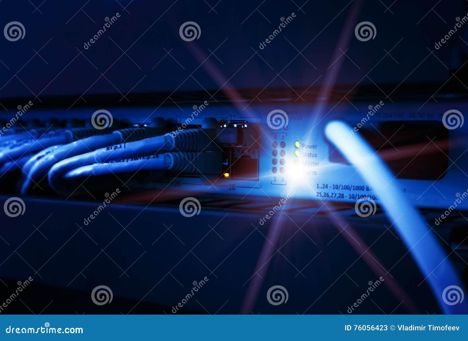 Painel, interruptor e cabo da rede no centro de dados