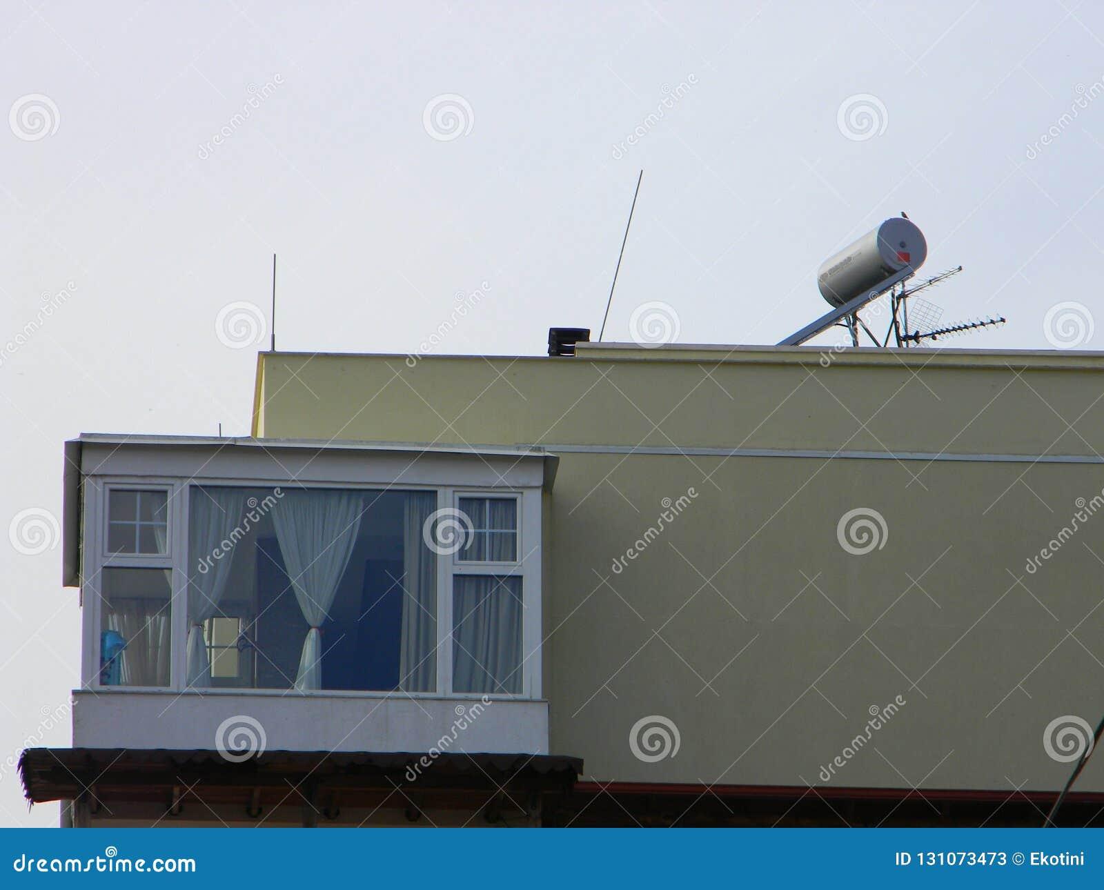 Painel solar no telhado do bloco de apartamentos, Tirana, Albânia