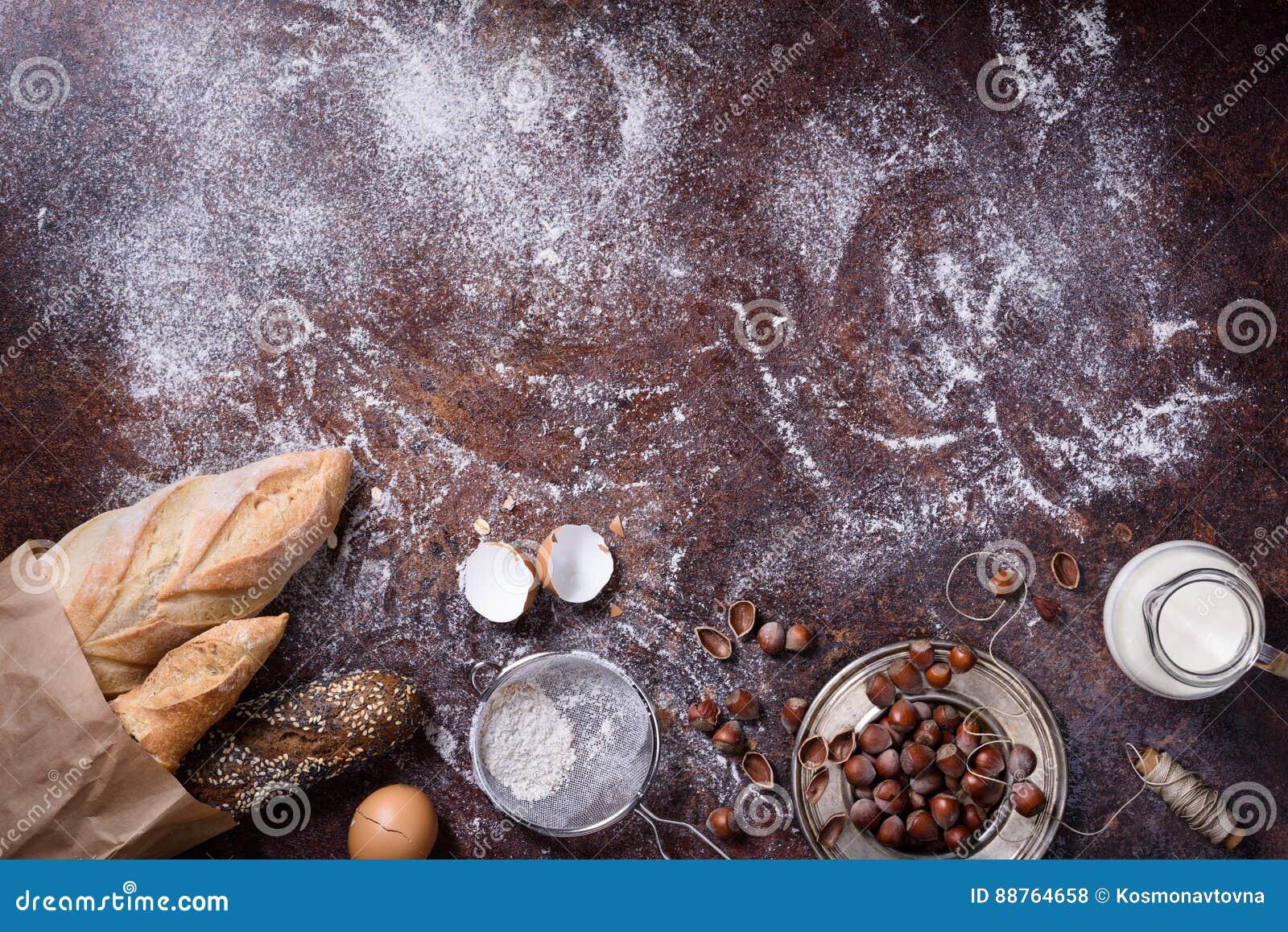 Pains fraîchement cuits au four, ingrédients de cuisson Fond de boulangerie, nourriture de petit déjeuner Vue supérieure, l espac