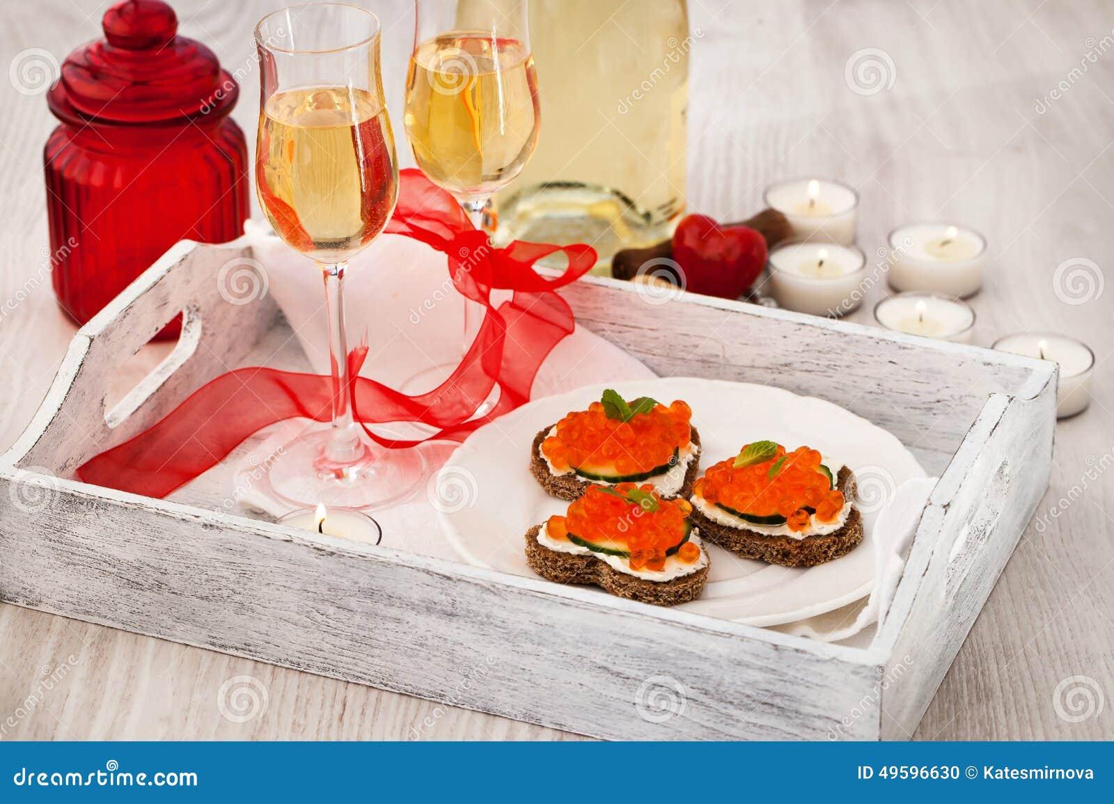 Pains grill s en forme de coeur avec le caviar rouge et le vin blanc photo stock image 49596630 - Le rouge et le blanc ...
