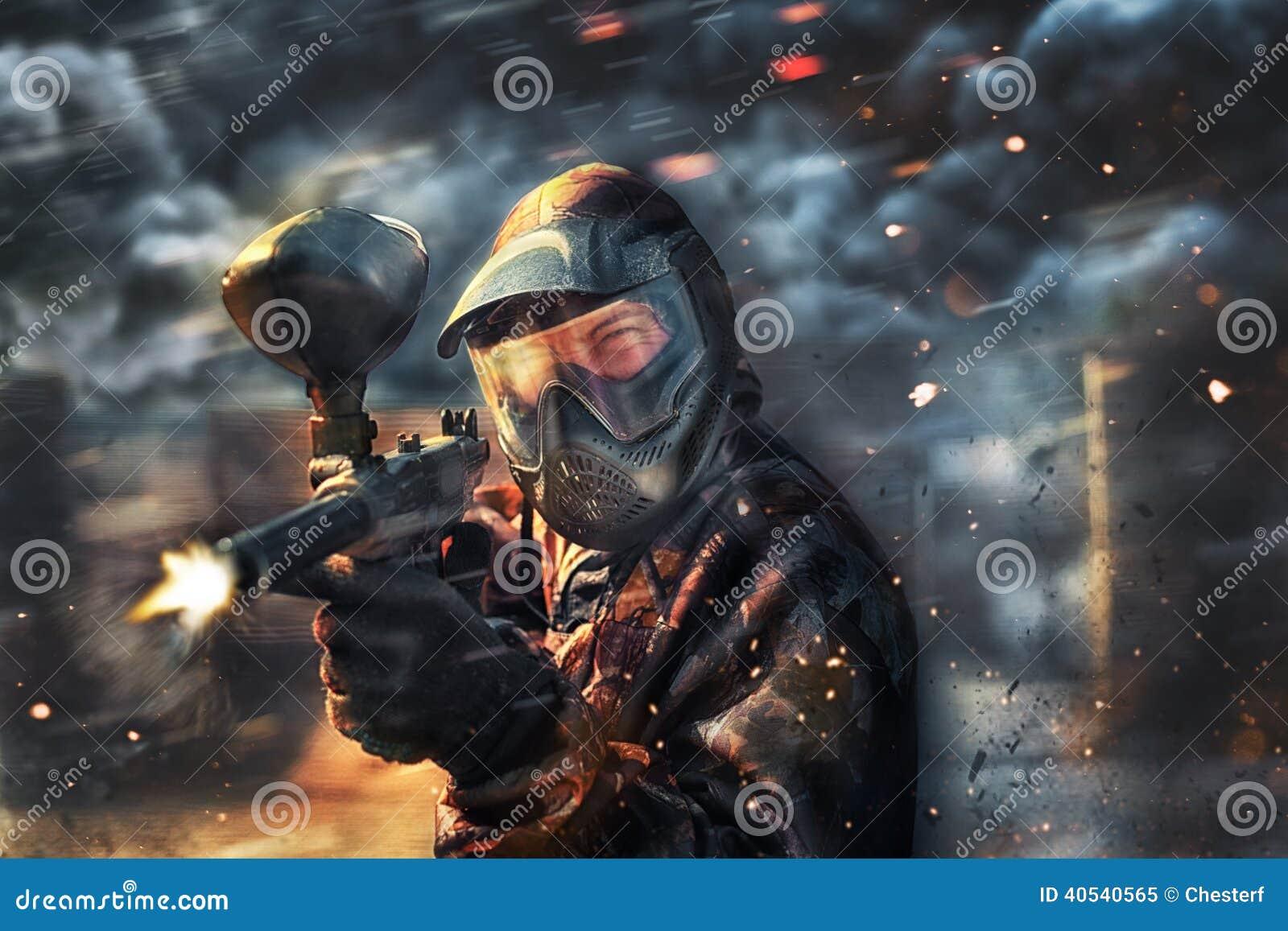 Paintballsportspelare som bär den skyddande maskeringen
