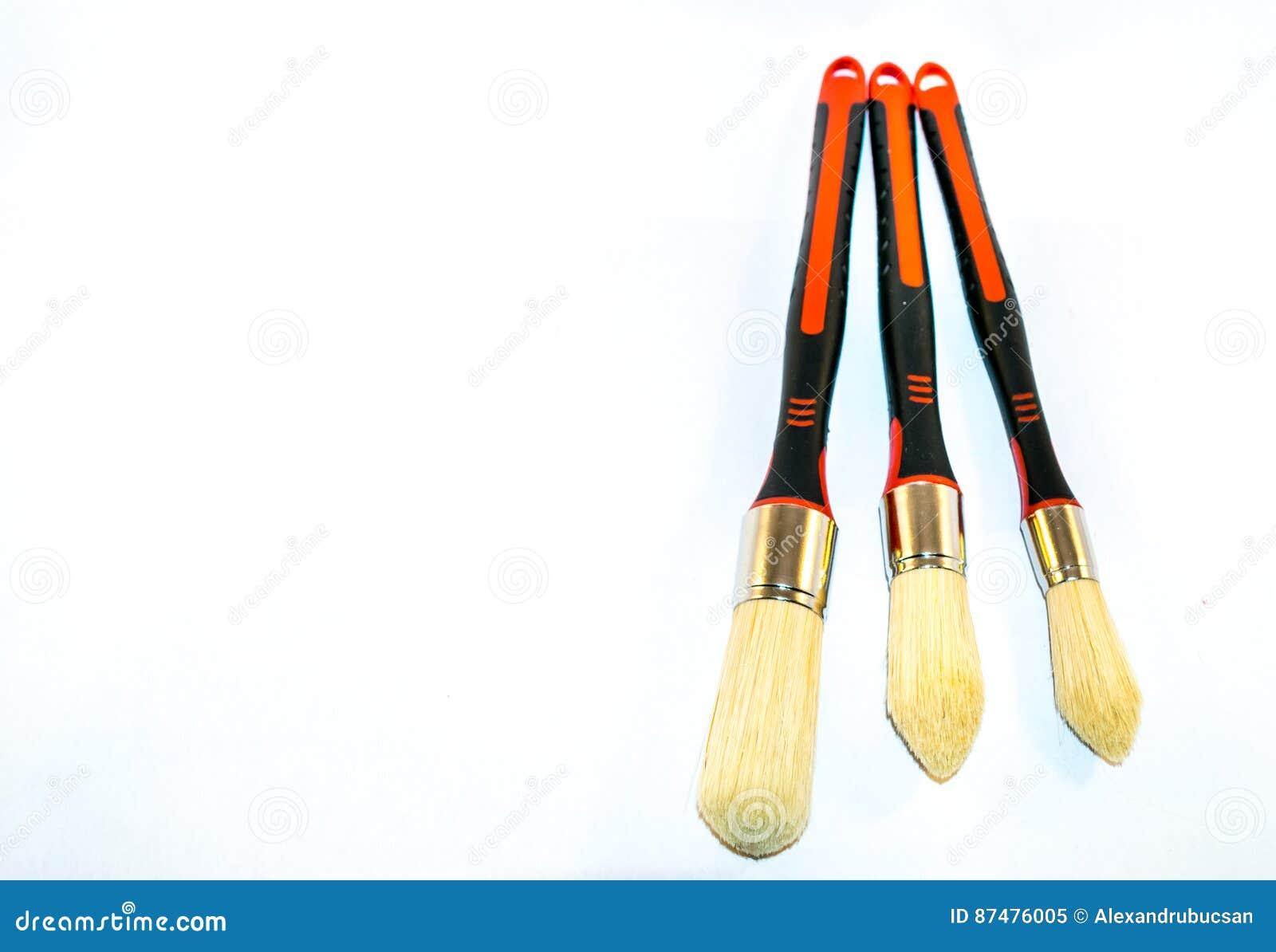 3 paintbrushes изолированного на белой предпосылке