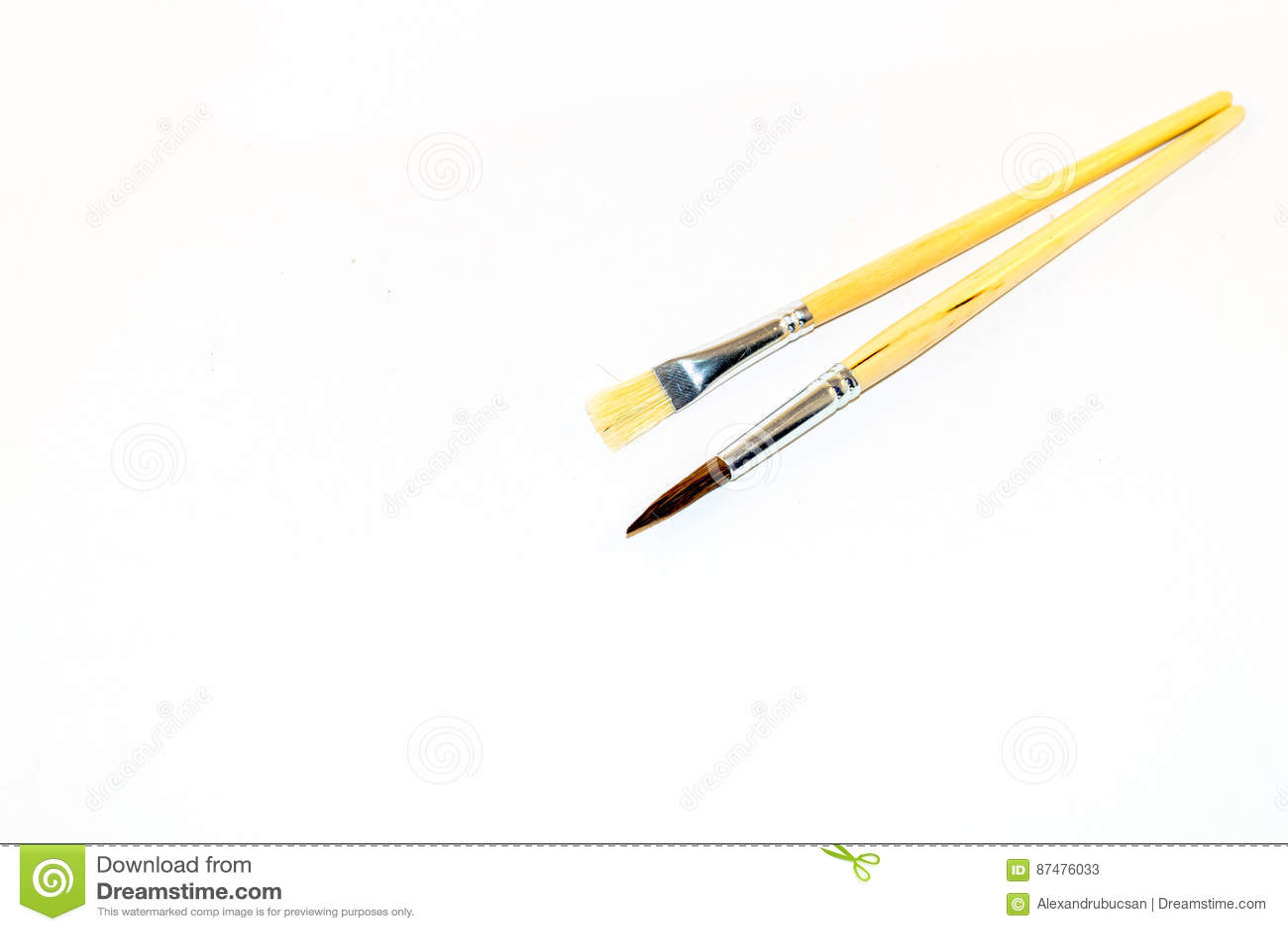 2 paintbrushes изолированного на белой предпосылке