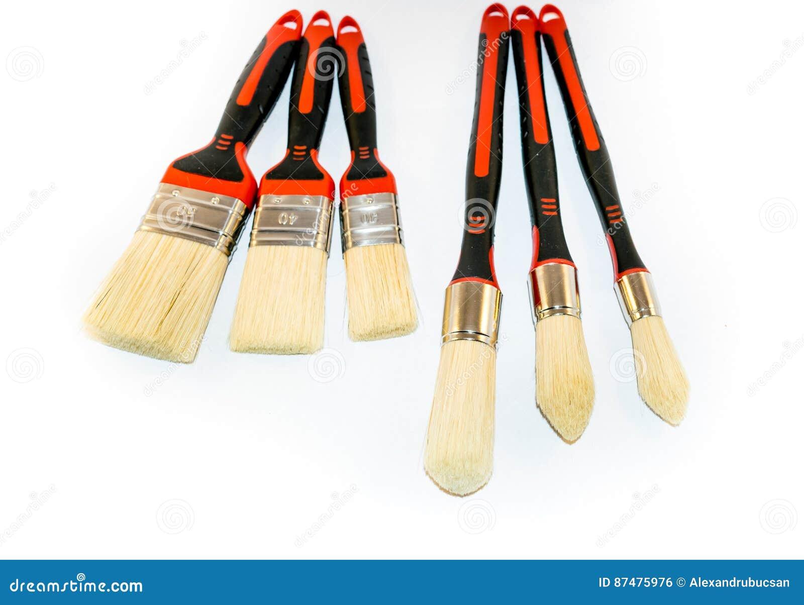 6 paintbrushes изолированных на белой предпосылке