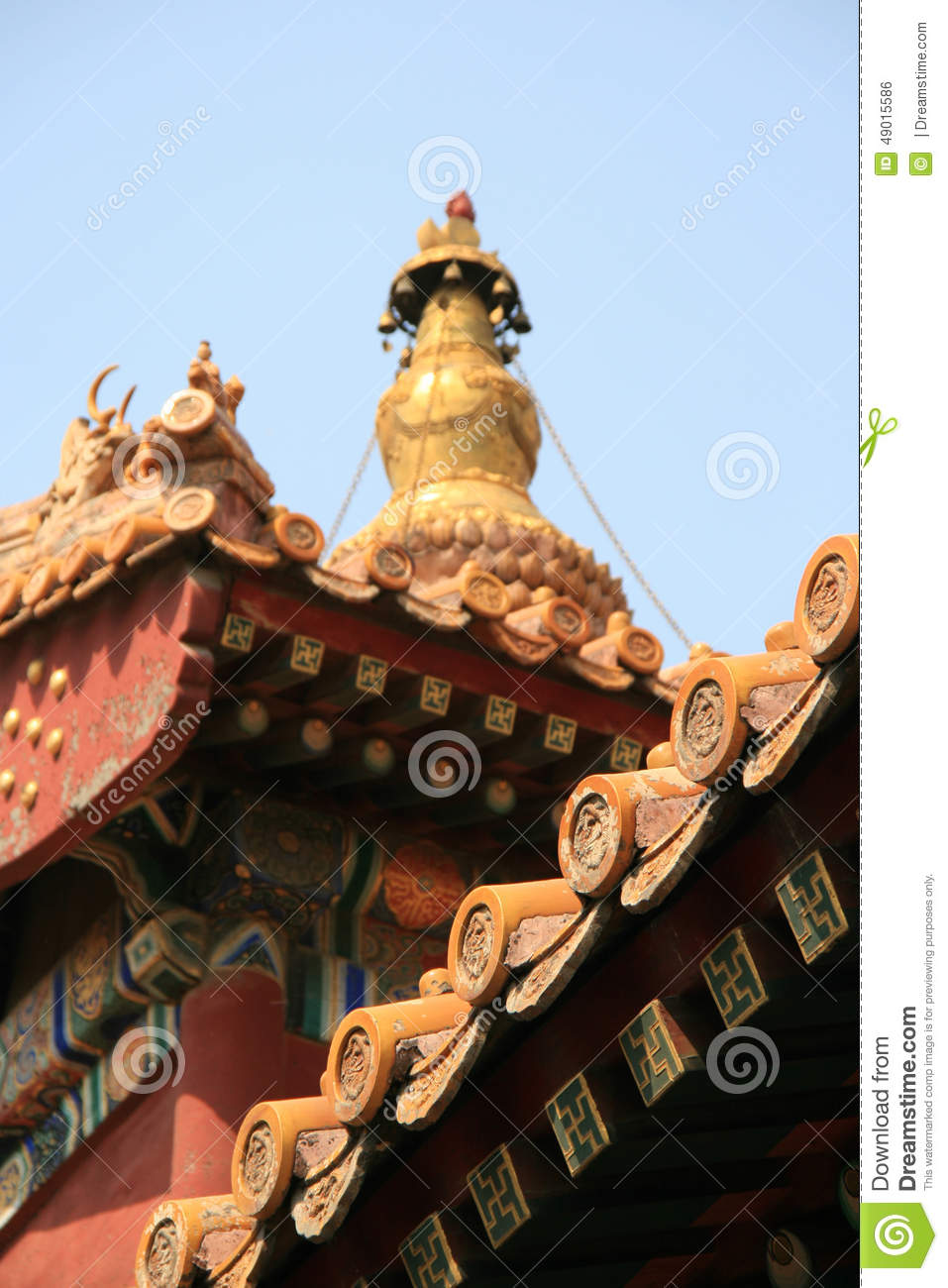 Painted and sculptured patterns decorate the facade and the roof of a buddhist temple in Beijing (China)