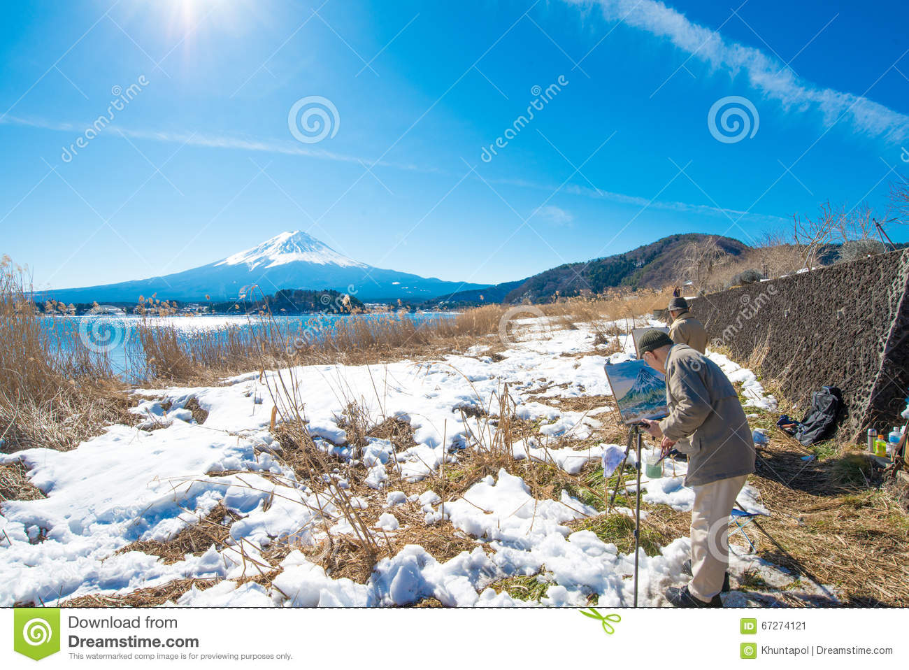 FUJIKAWAGUCHIKO, JAPAN   January 27 2016: Painter Drawing Picture With Fuji  Mountain And Kawaguchiko Lake Background From Natural Living Center.