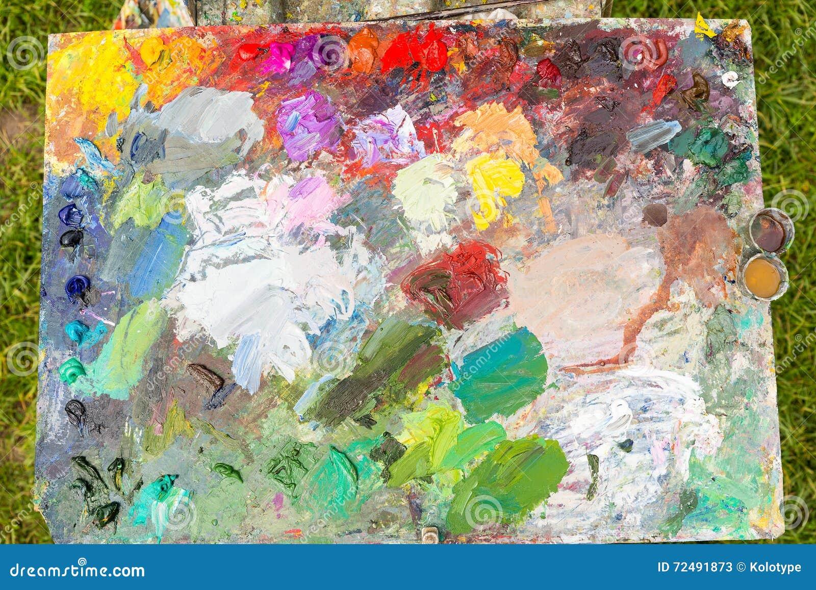 Painter& x27; s-hjälpmedel och palett utomhus