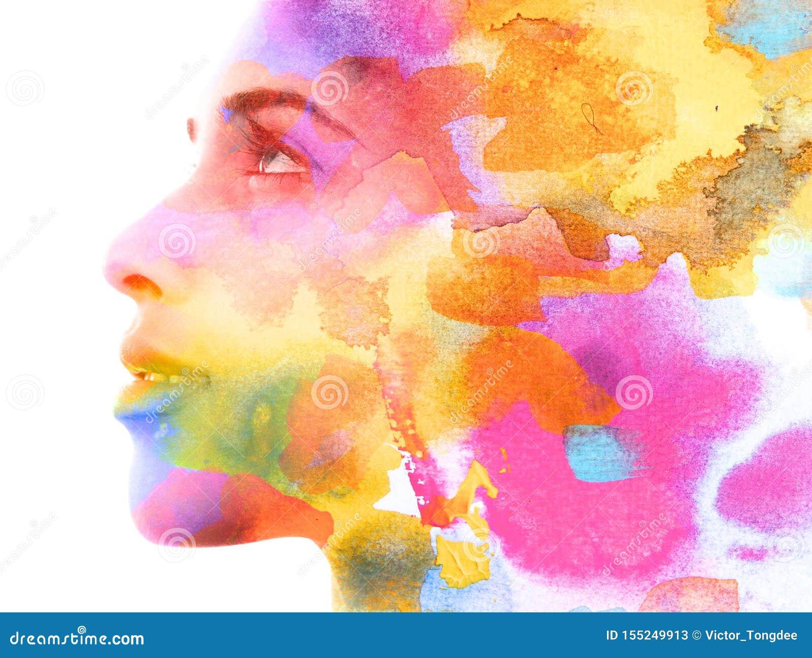 Paintography Dubbele blootstelling Sluit omhoog van een aantrekkelijk die model met het kleurrijke hand getrokken inkt en waterve
