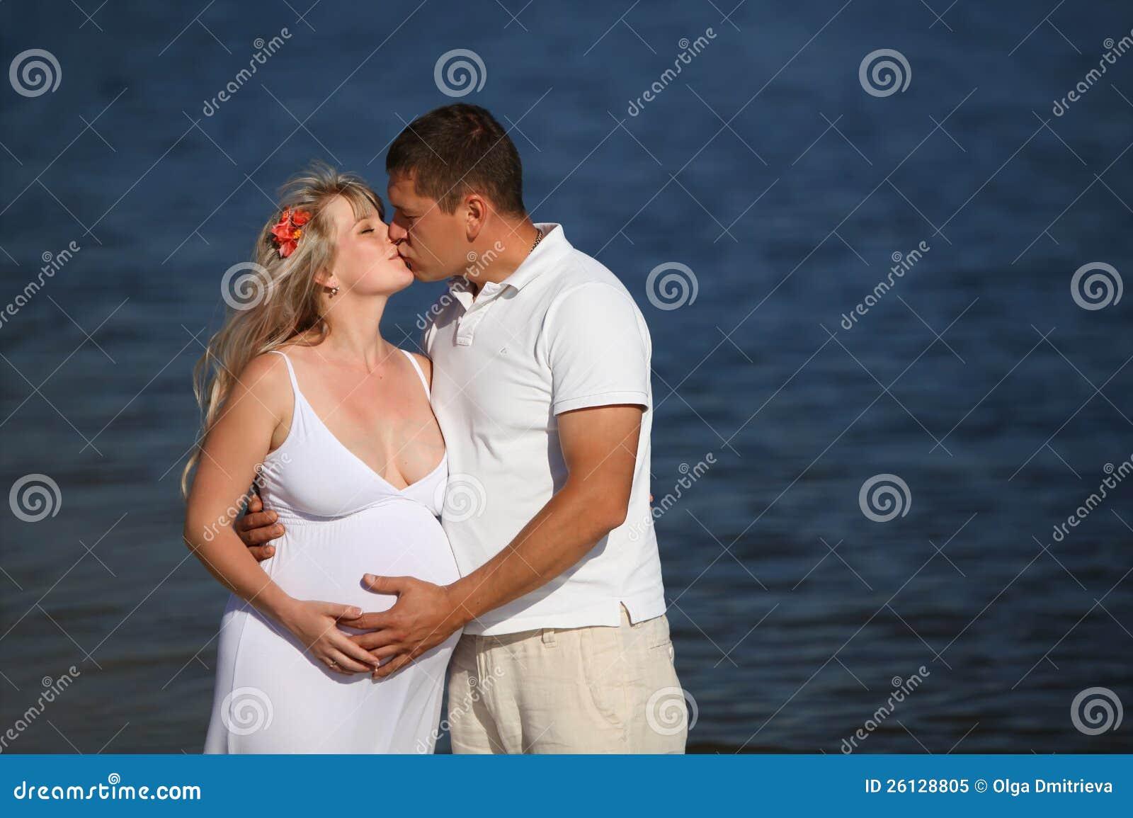 Фото беременной с двумя мужчинами 4 фотография