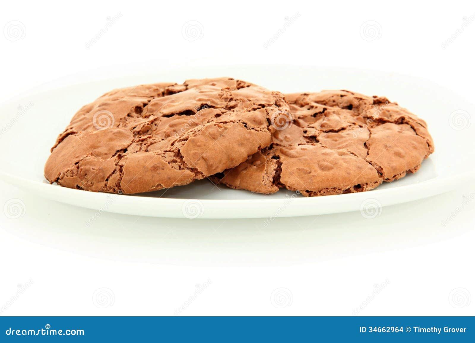 Paires de biscuits caoutchouteux de chocolat du plat blanc